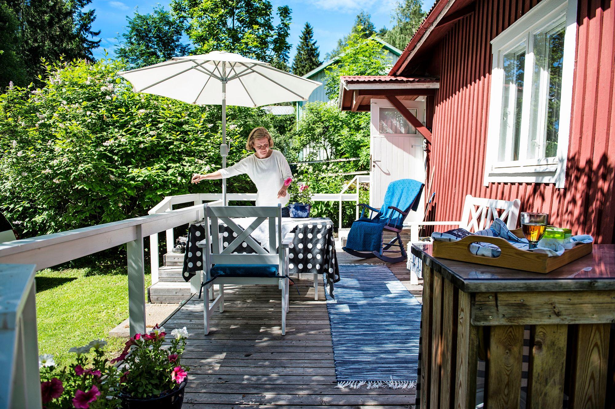 Talon edustalle teetetty terassi toimii kesähuoneena, jossa voi syödä ja puuhastella. © Ari Heinonen