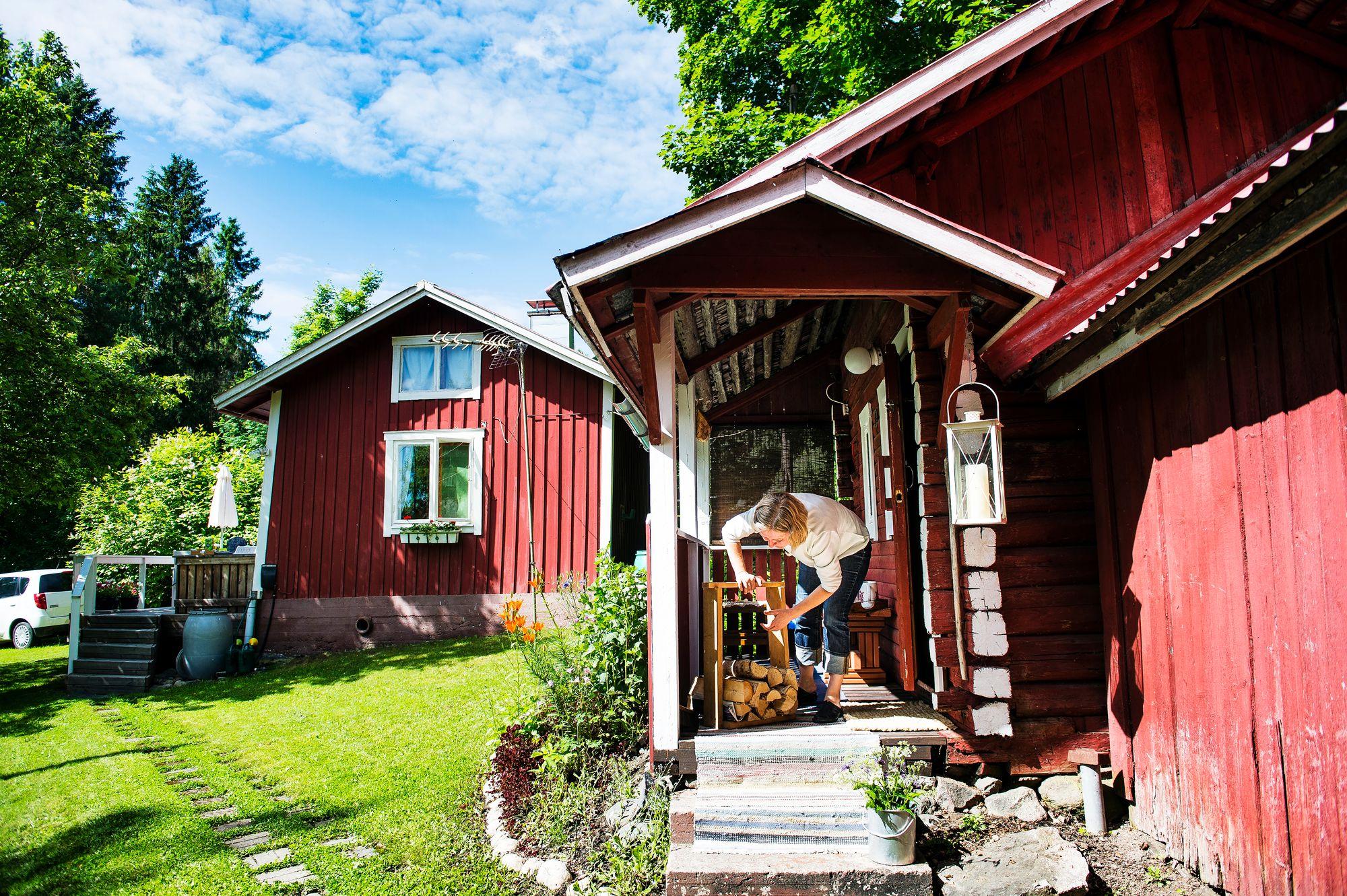 Entisaikain elämä on torpalla läsnä: kantovesi ja puilla lämpiävät tupa ja sauna. © Ari Heinonen/Otavamedia