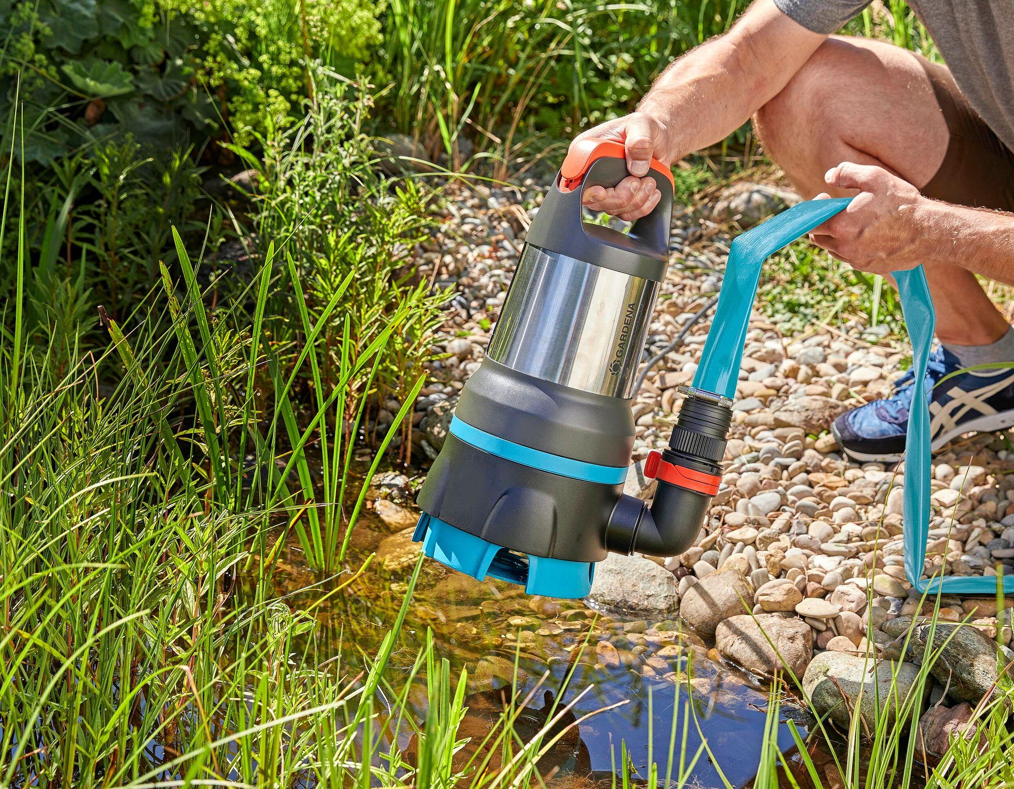 Veden saa järvestä esimerkiksi Gardenian uppopumpulla. Uppopumpulla voi tyhjentää myös tulvivan kellarin. © Gardenia