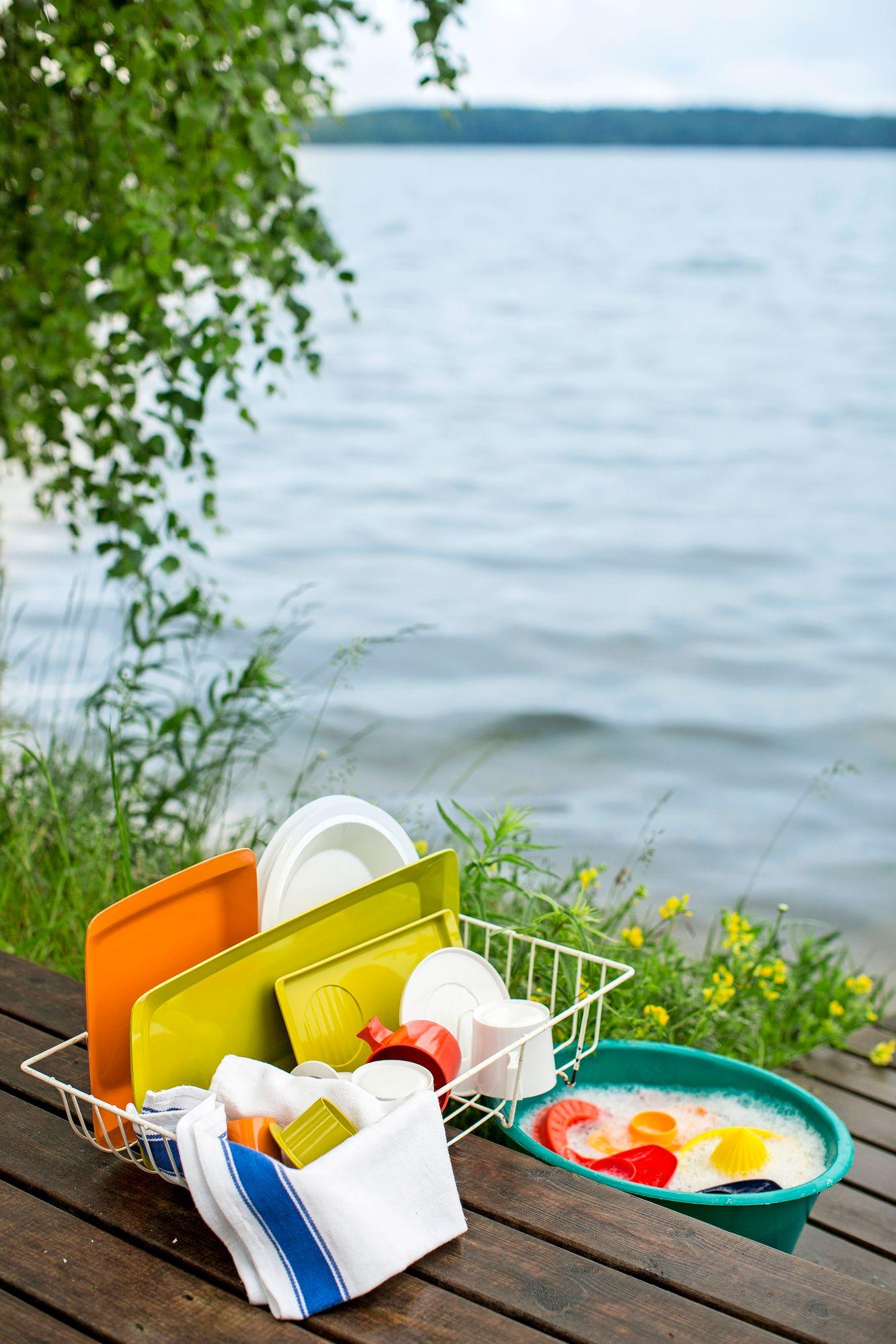Kesävesijärjestelmällä voi nostaa vedet esimerkiksi tiskipaikalle tai kesäkeittiöön. Järvivedestä saa juomakelpoista vedenpuhdistajalla. © Tommi Tuomi