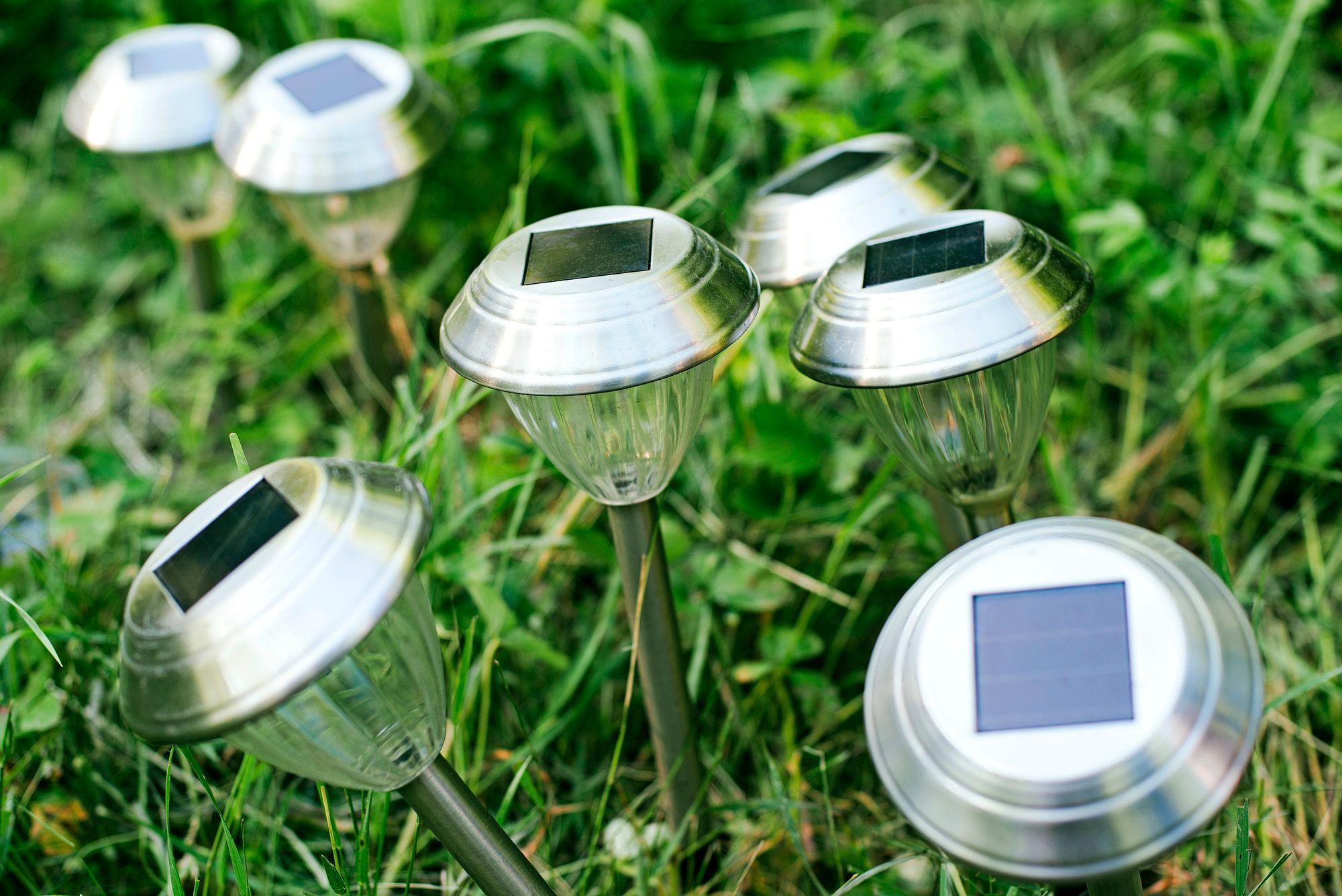Huussin voi valaista aurinkokennojen ja liiketunnistimen avulla. © Yarygin
