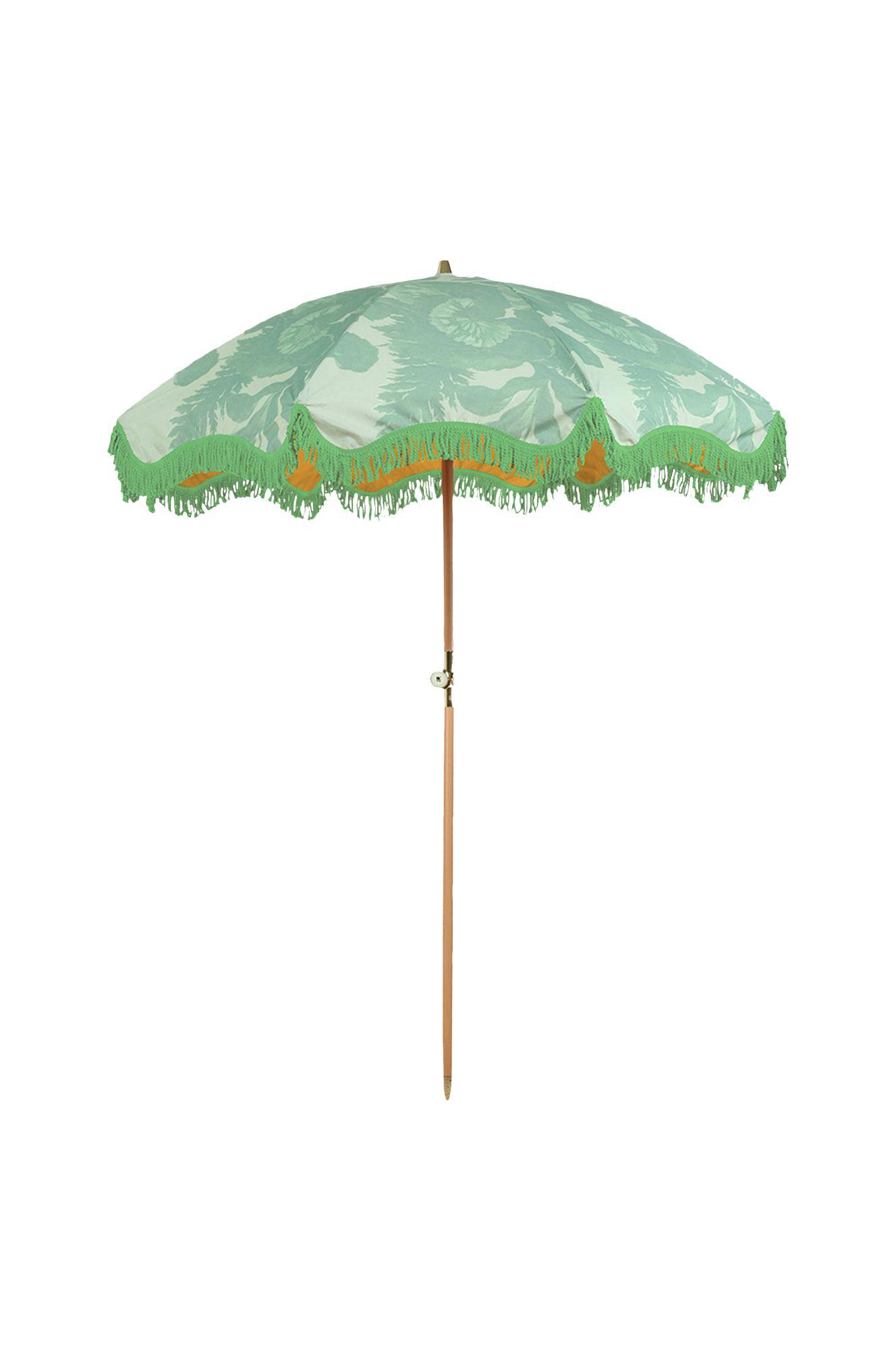 Näyttävä hapsullinen aurinkovarjo kerää katseet ja suojaa auringolta. Halk. 2 m, varsi pyökkiä. 349,90 €, Ellos.