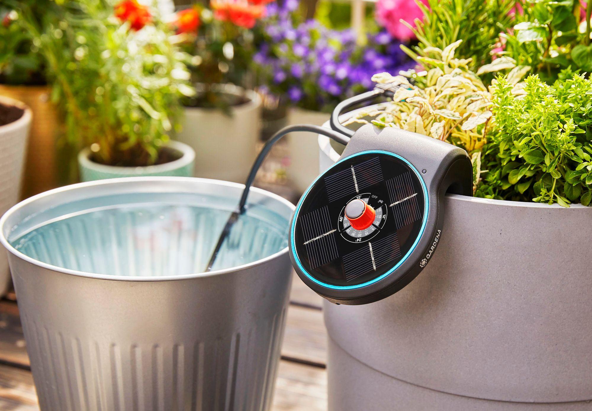 Fiksu aurinkoenergialla toimiva AquaBloom-kastelusarja hoitaa kasvien kastelun automaattisesti ilman sähköä tai juoksevaa vettä. Noin 120 €, Gardena. © Gardena