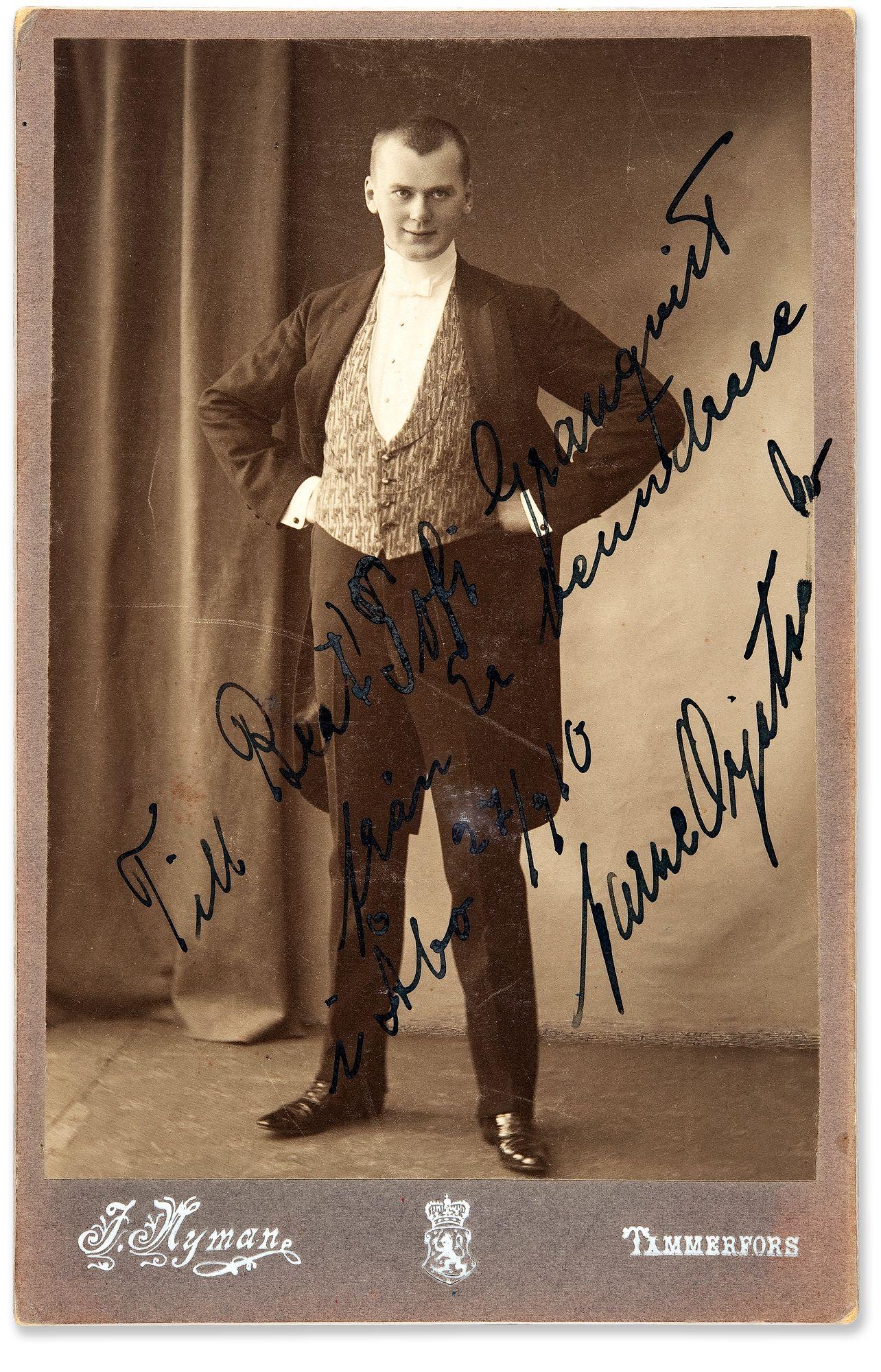 Aarne Orjatsalo oli Ain'Elisabetin ensimmäinen suuri skandaali ja tämän aviottoman pojan isä. Kuva vuodelta 1909 tai 1910. © Museovirasto