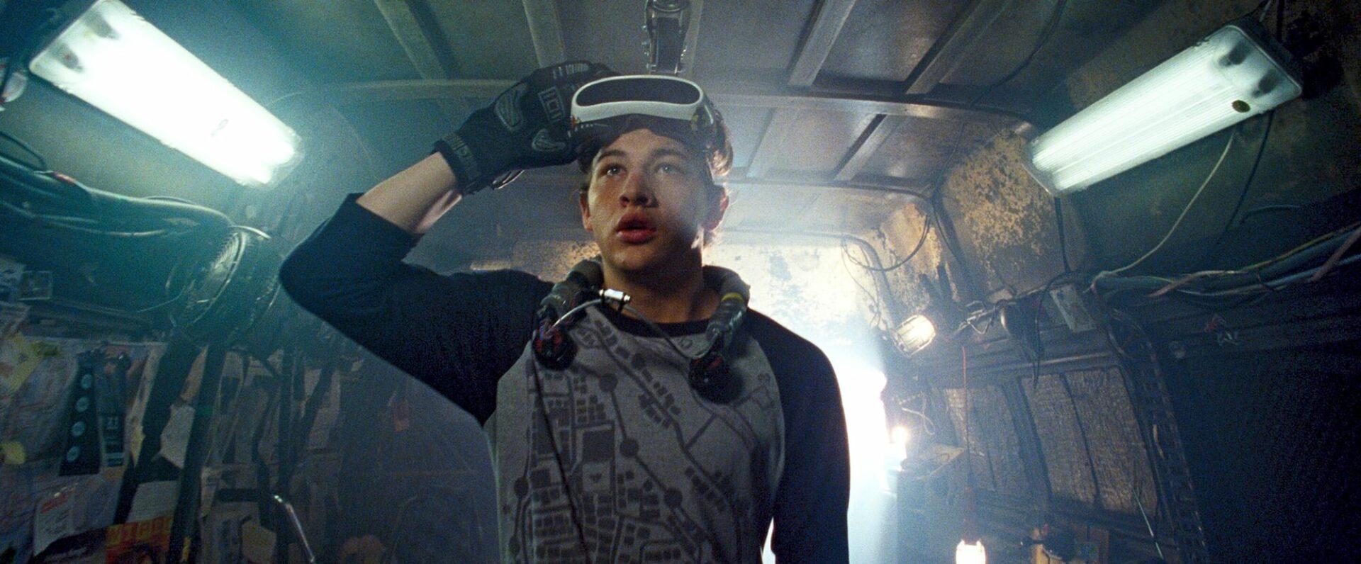 Wade (Tye Sheridan) lähtee selvittämään virtuaalitodellisuus Oasiksen luojan, salaperäisen James Hallidayn kyhäämää arvoitusta.  © Sub