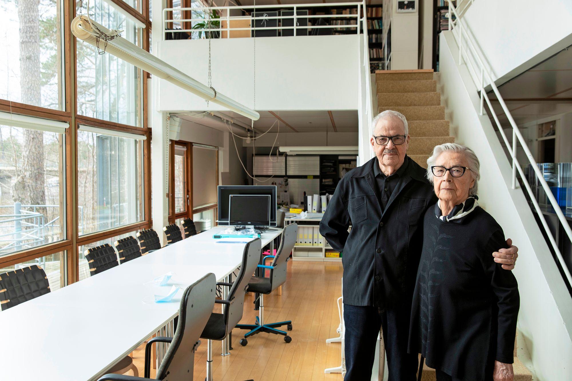 Pirkko, 92, ja Helmer, 91, Stenros suunnittelivat Vuorannan yhteistuumin. Myös heidän kotinsa on omaa käsialaa. Ikkunasta pilkottavat puut kuten Vuorannassakin. © Tommi Tuomi