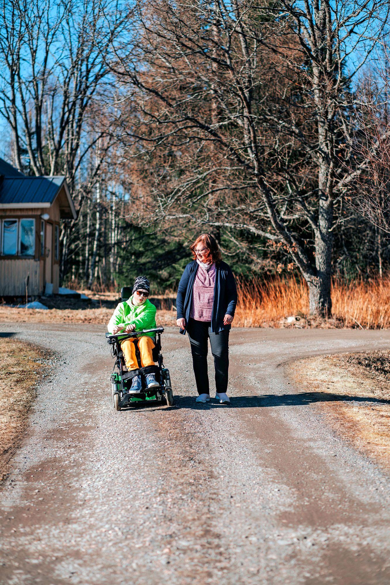 """Päivi on kasvanut poikansa Elmon omaishoitajuuteen. """"Omaishoitajuuden sitovuutta on vaikea kuvitella, jos ei ole elänyt sitä."""" © Anna-Katri Hänninen"""