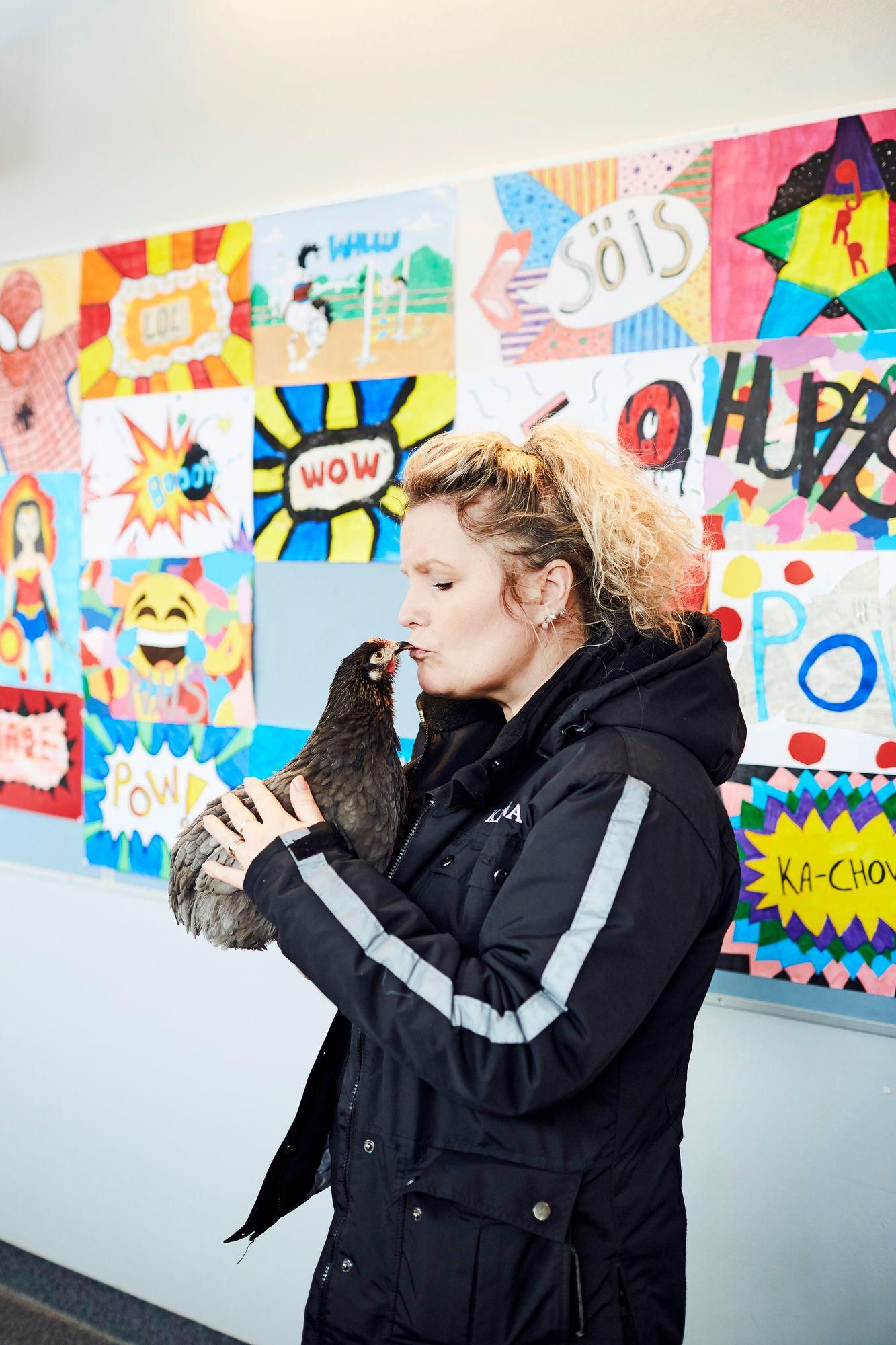 """Anneli on todellinen hyvän mielen kana. Kun se ilmestyy paikalle, tunnelma muuttuu"""", Kirsi-Marja Penttilä kertoo. © Sara Pihlaja"""