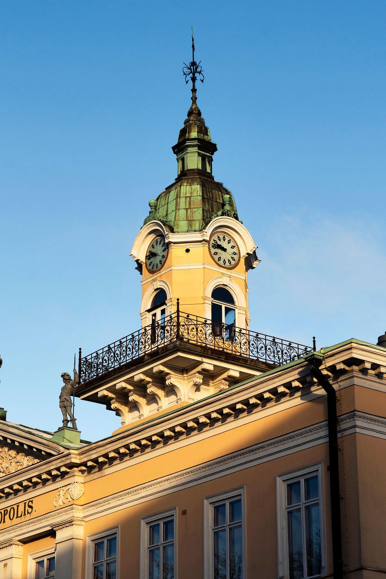 1841 valmistunut Porin raatihuone on Carl Ludvig Engelin suunnittelema. Se toimi kaupungintalona vuoteen 1961. Nykyisin rakennuksessa on kellariravintola sekä muun muassa Pori Jazzin toimisto. © Aku Ratsula