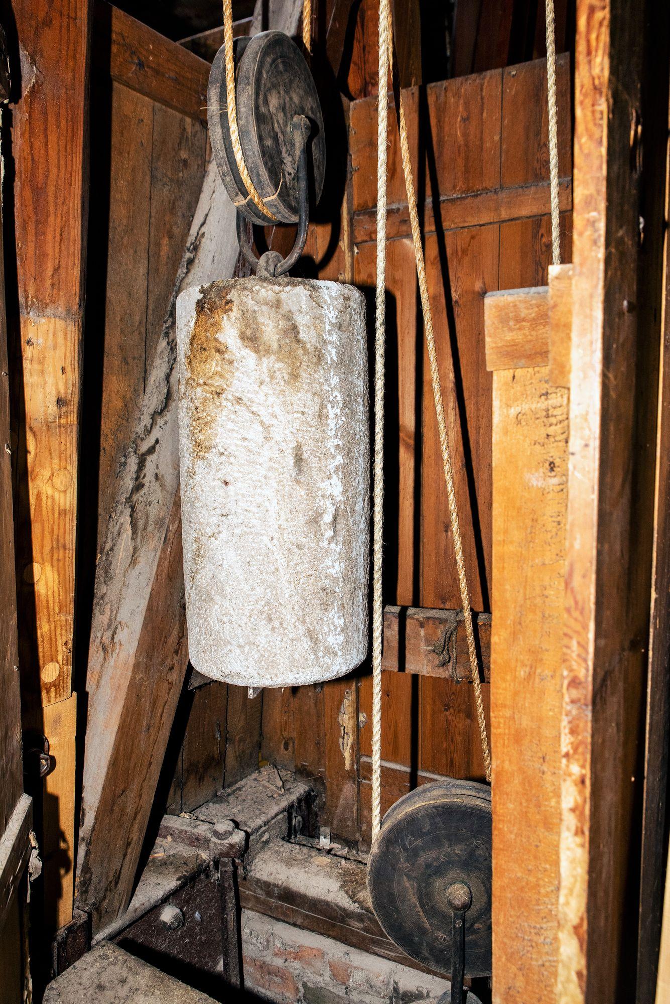 Kymmeniä kiloja painavat punnukset veivataan ylös kerran viikossa. © Aku Ratsula