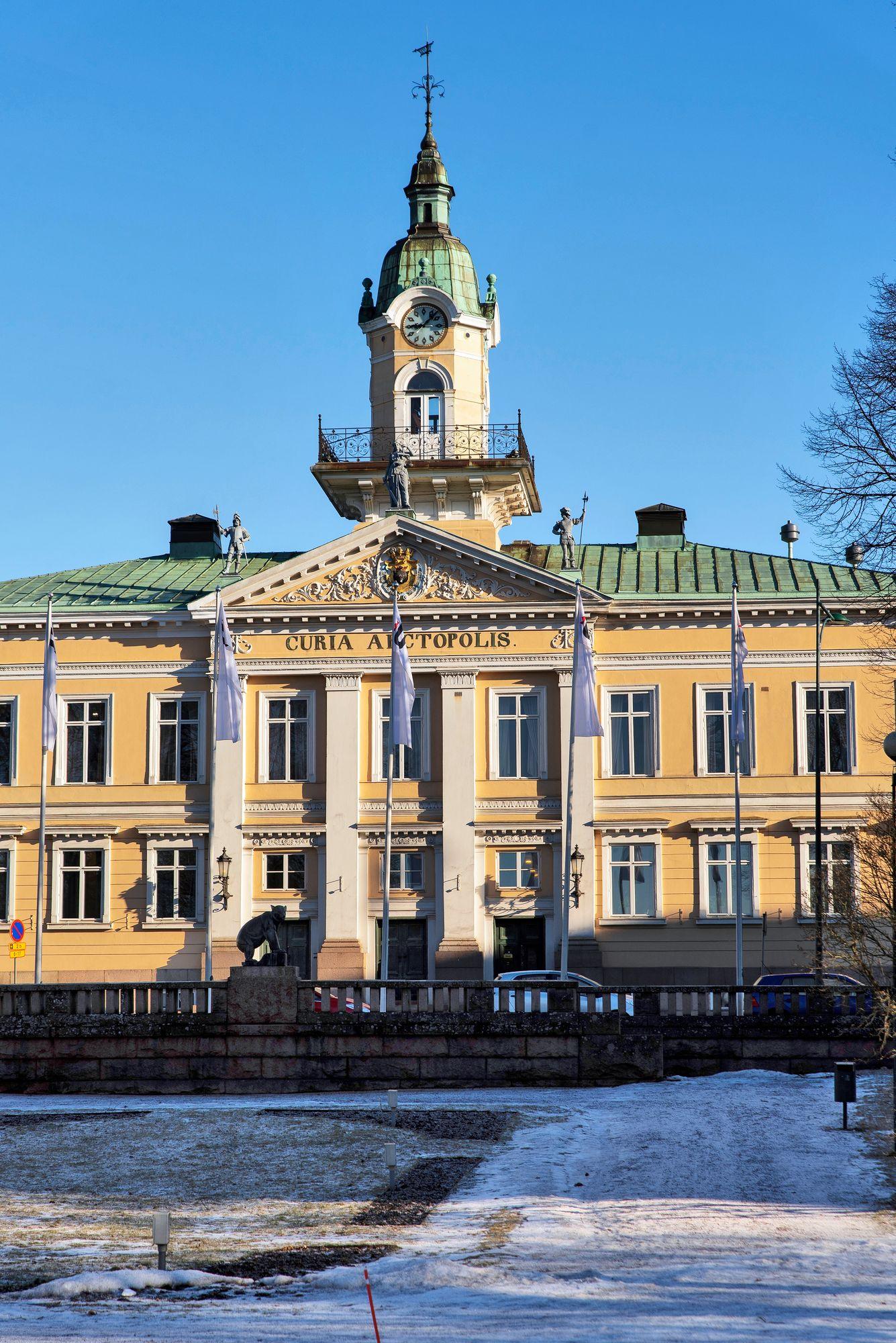 Raatihuoneen portailla Porissa luetaan joulurauhan julistus, vappuna lakitetaan sen edustalla oleva patsas, ja uutenavuotena juhlitaan, kun kello lyö 12 kertaa. © Aku Ratsula