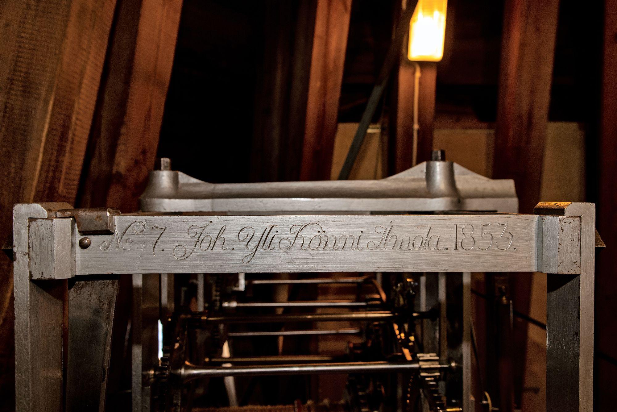 Tekijä kaiversi nimensä kelloon. Könnit olivat Ilmajoelta, joka on ruotsiksi Ilmola. © Aku Ratsula