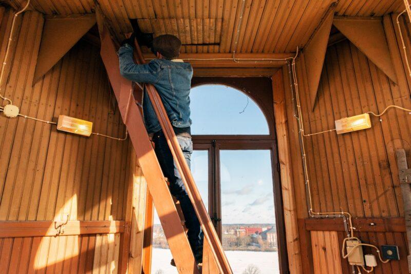 Kellotornin ensimmäisestä kerroksesta on hienot näkymät ympäri Porin keskustaa. Itse kello sijaitsee toisessa kerroksessa, jonne on kiivettävä ahtaan luukun läpi. © Aku Ratsula