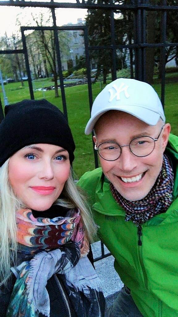 Anne ja isoveli Jari vaihtavat kuulumisia lähes päivittäin yhteisten kävelylenkkien aikana. Välillä he käyvät myös kahvilla tai viinillä. © Anne Kukkohovin kotialbumi