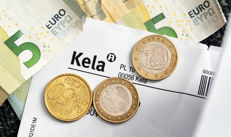 Kela on viime vuosina palkannut lisää ihmisiä käsittelemään tukipäätöksiä. Ratkaisut tehdään paperien perusteella.