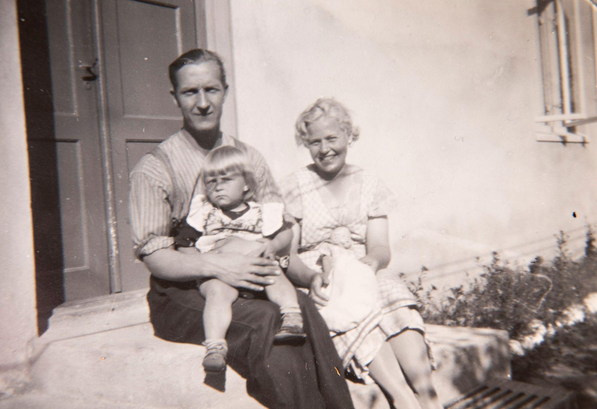 Seela kotitalonsa ovella Pispalassa Jaakko-isän ja Hilpi-äidin kanssa vuonna 1937.