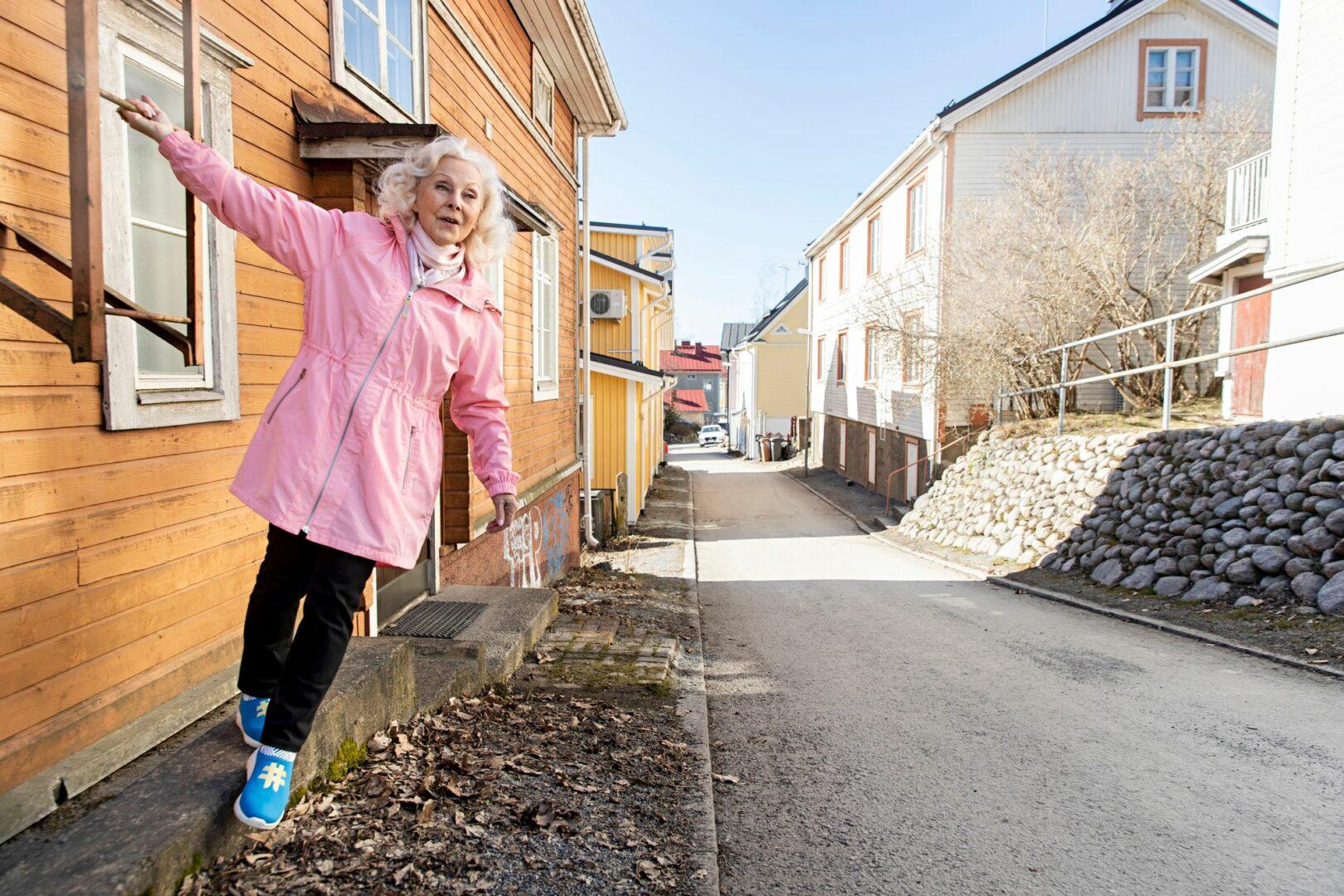 """Seela Sellan kotitalo Pispalan Mäkikadulla oli Seelan lapsuudessa punainen. """"Asuimme äidin ja mummon kanssa talon kolmessa eri kerroksessa, eri vuosina"""", Seela kertoo. © Tommi Tuomi"""