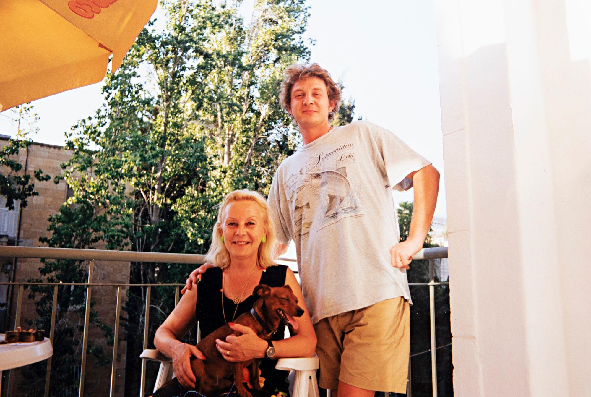 80-luvulla Seela vietti perheensä kanssa paljon aikaa heidän kakkosasunnossaan Jerusalemissa. Kuvassa Ariel-poika ja Max-koira.