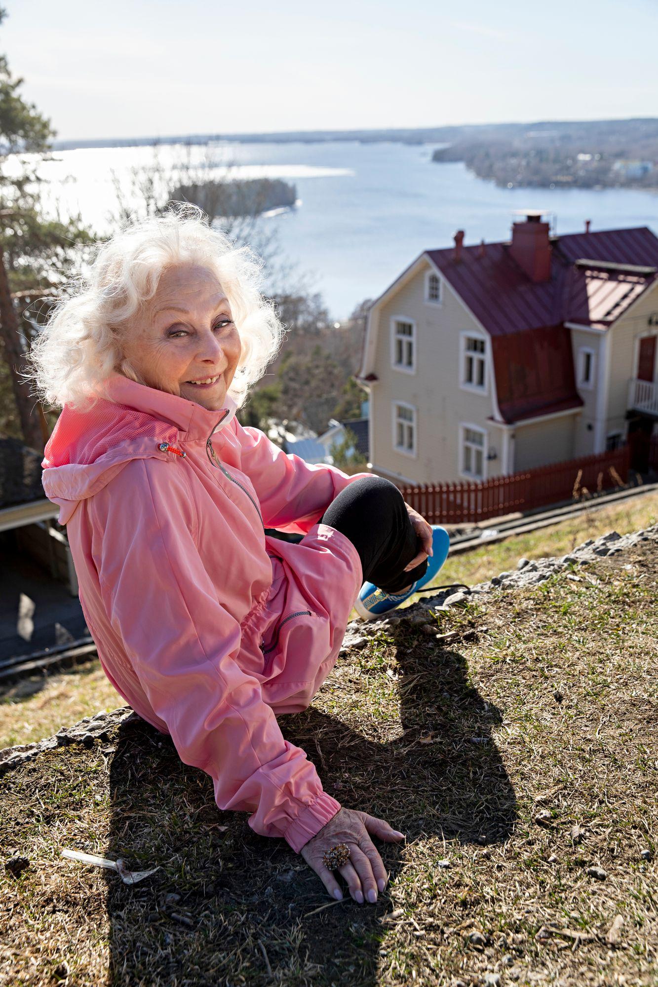 """Seela Sella vietti lapsuutensa ulkona. """"Talvisin laskimme Pispalanharjun jyrkkiä ja pitkiä mäkiä ja luistelimme omatekoisilla luistimilla järvien jäällä."""" © Tommi Tuomi"""