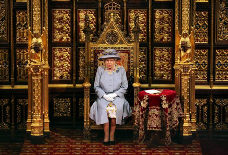 Kuningatar Elisabet istui parlamentin avajaisissa ilman prinssi Philipiä. Hallitsijan puolison valtaistuin oli ensimmäistä kertaa poistettu sitten vuoden 1901. © MVPhotos