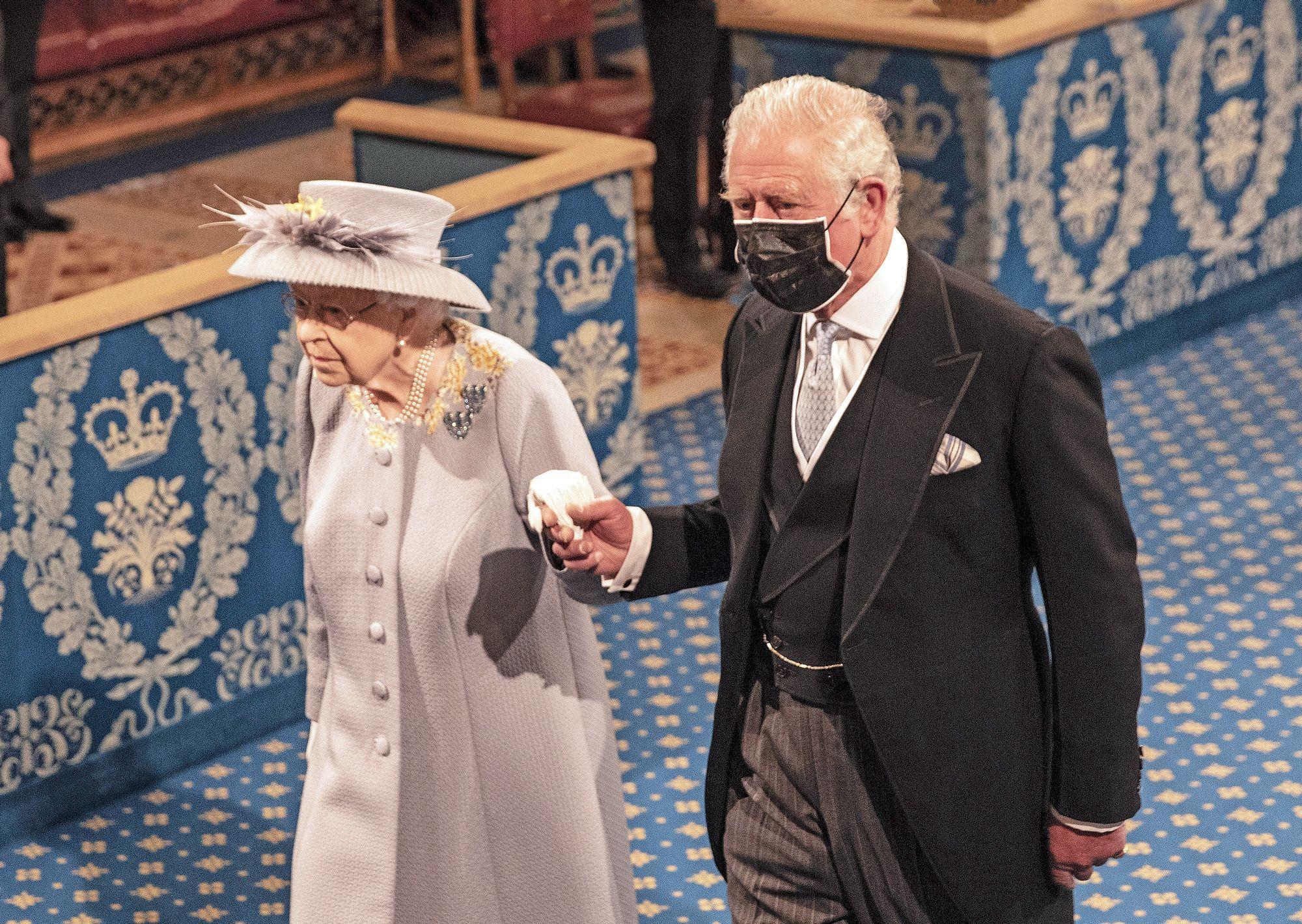 Tuleva kuningas prinssi Charles, 72, saattoi äitinsä parlamentin avajaisiin. Prinssi on ottanut yhä enemmän vastuuta edustustehtäviä kuningattaren harteilta ja peri Philipiltä perheen johtohahmon roolin sisäisissä asioissa. © MvPhotos