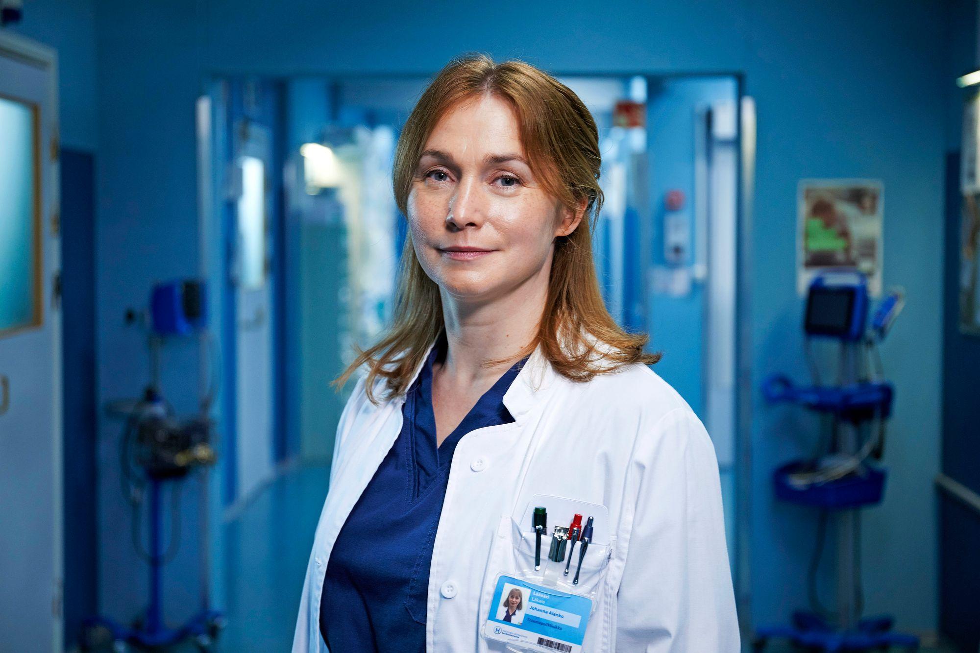 """Siviilissä näyttelijä Leena Pöystiä ei sekoiteta Sykkeen roolihahmoon – ja ehkä hyvä niin. """"En usko, että kukaan tulisi kysymään minulta edes laastaria"""", roolistaan nauttiva Pöysti naurahti. © Numi Nummelin/Nelonen"""
