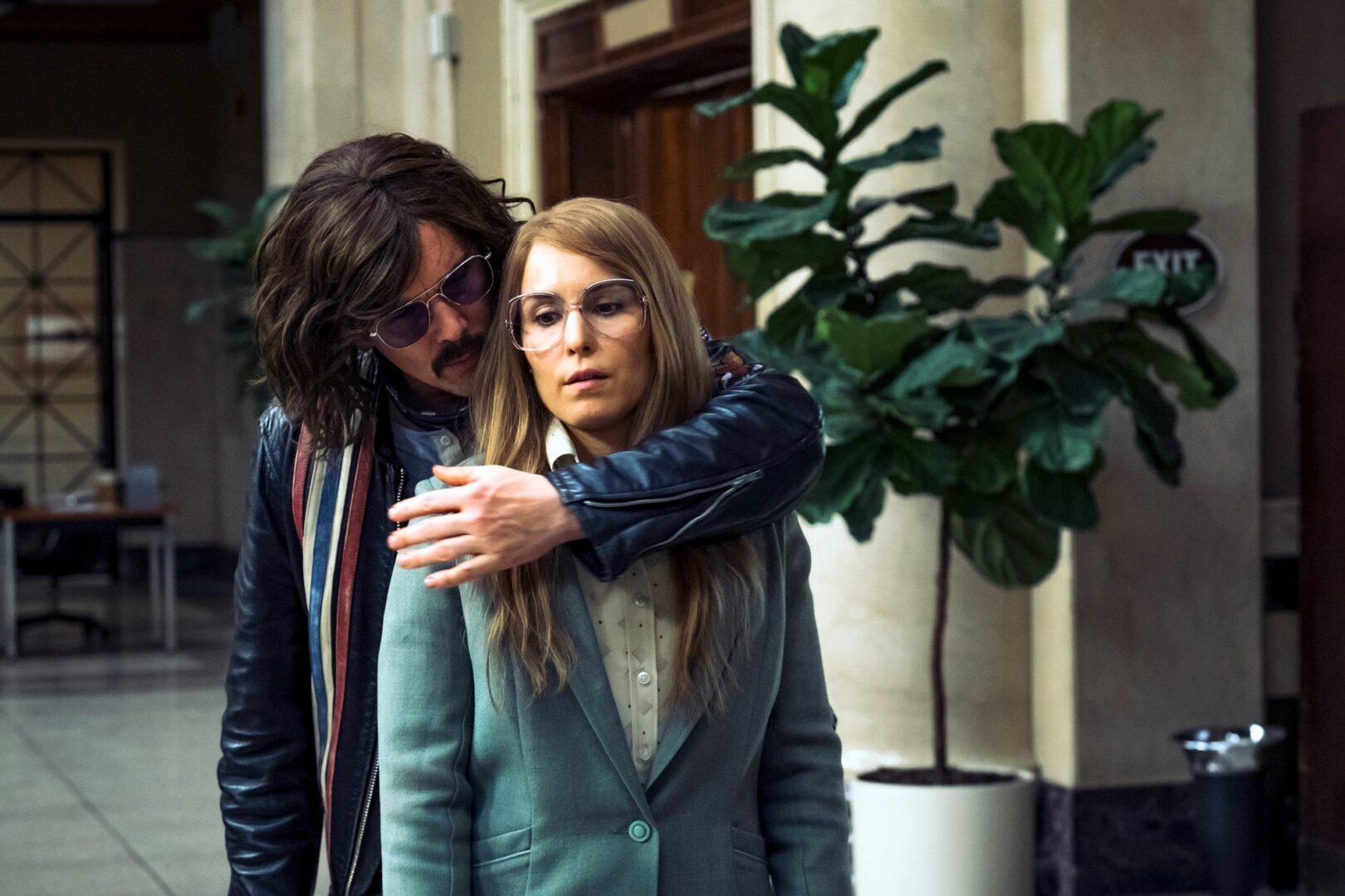 Ethan Hawken 1970-luvun hamppari Lars on ottanut Noomi Rapacen näyttelemän Biancan panttivangiksi.