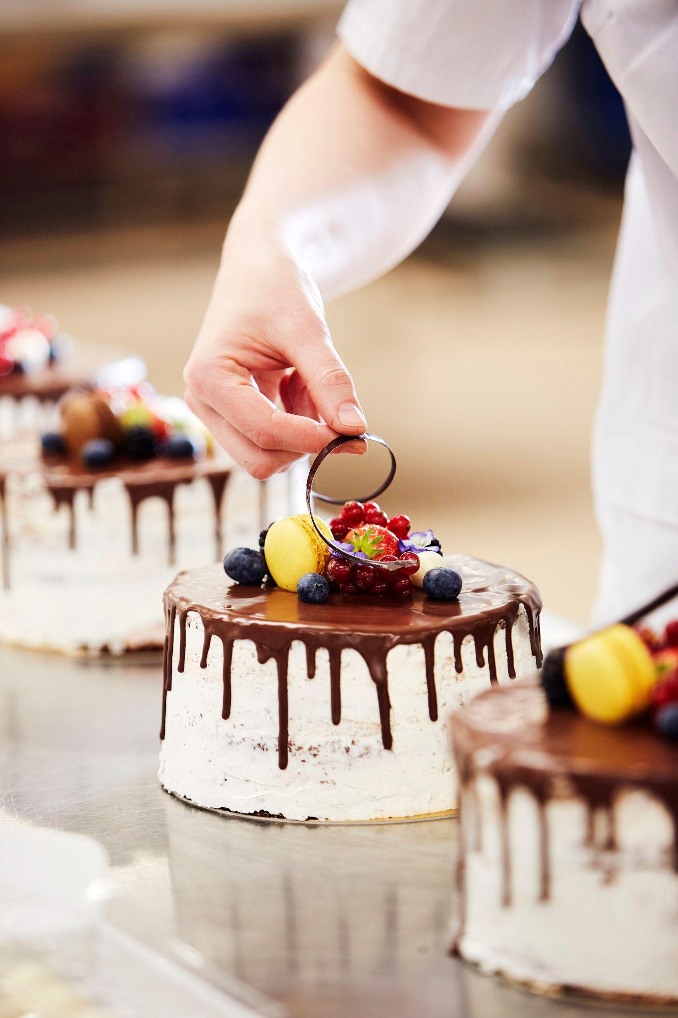 Ns. nakukakut ovat tämän kesän hittijuttu. Koristelun viimeistelee suklaakiehkura, joka sekin on valmistettu käsityönä Linkosuolla. © Sara Pihlaja