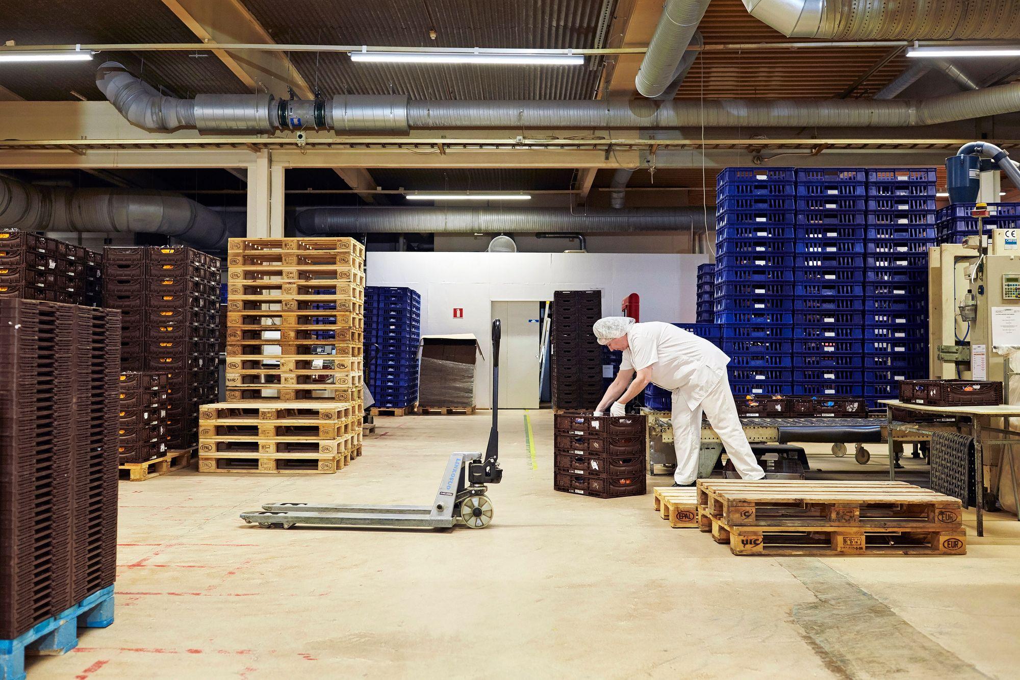 Miia Saarinen työskentelee leipomon puolella. Aamuvuoroon kuuluu usein esimerkiksi paahtoleipien pakkausta tilausten mukaan. © Sara Pihlaja