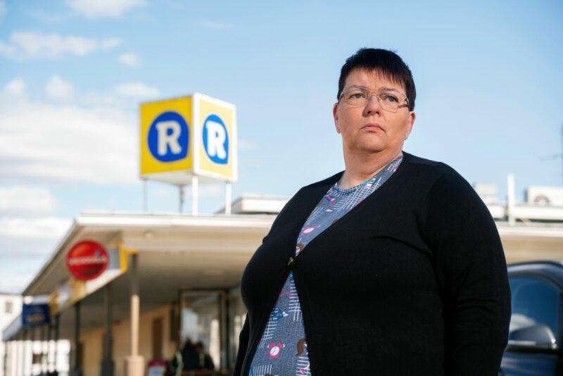 """Tähän kioskiin ryöstäjä tunkeutui kirveen kanssa tammikuussa 2020. Ryöstösaalis oli olematon, mutta Sirpalta ryöstö vei toimeentulon ja terveyden.  """"Välillä mietin, miksi näin piti käydä juuri minulle."""" © Johanna Sjövall"""