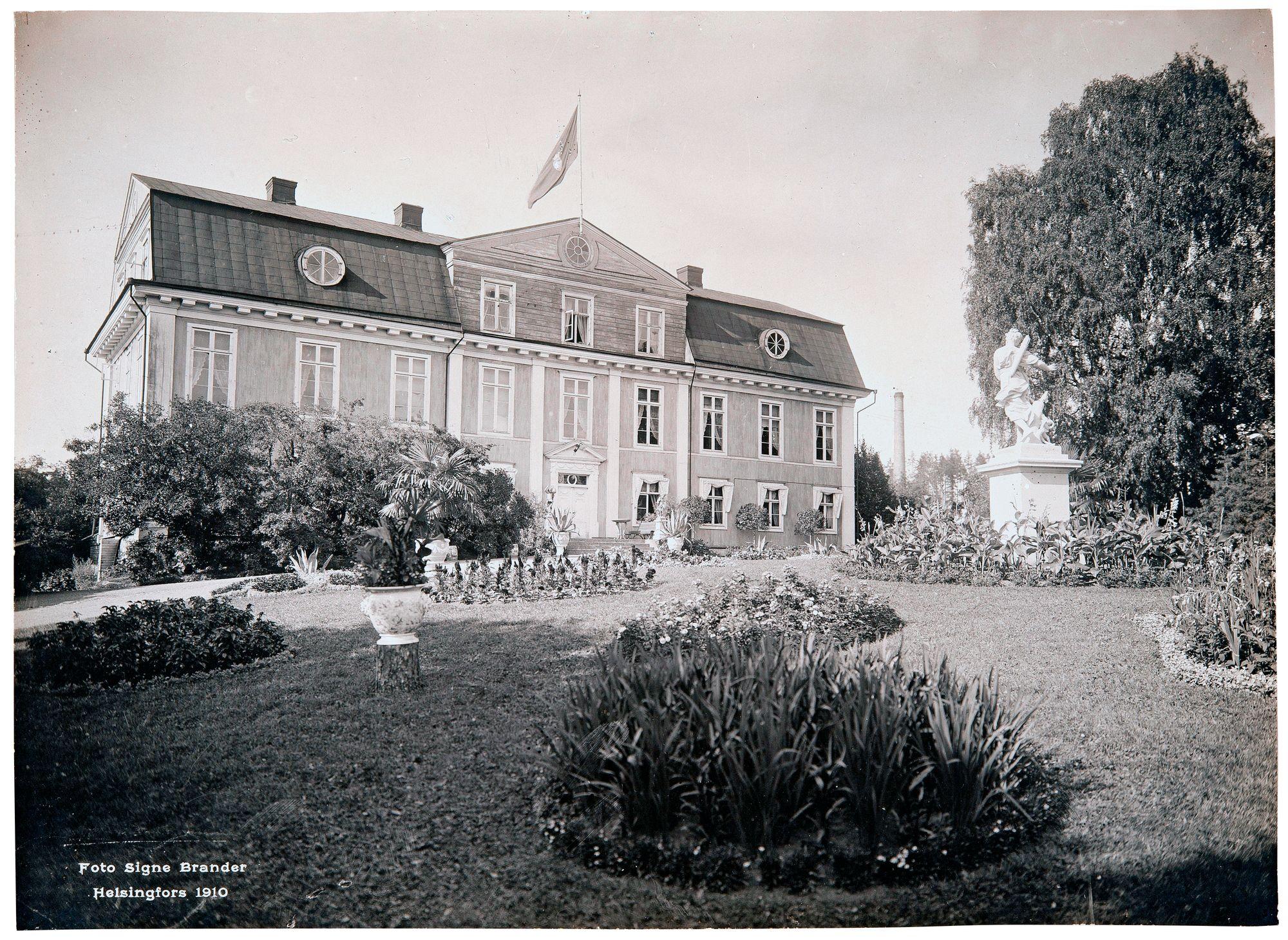 Signe Brander kuvasi Mustion linnan läntisellä Uudellamaalla kesällä 1910. Rakennus on yksi maamme suurimpia ei-kirkollisia puurakennuksia. © Museovirasto