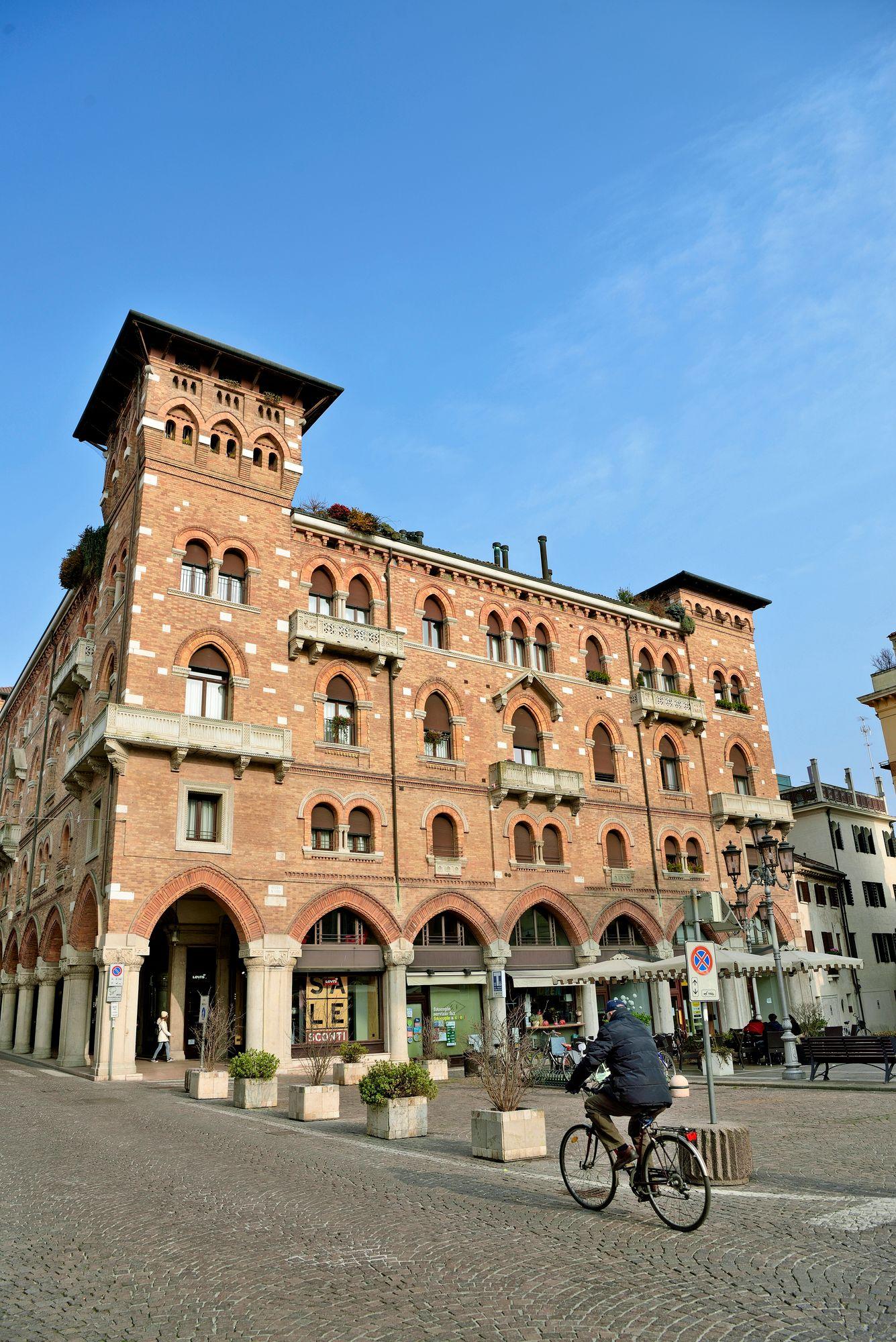 Trevisossa kivijalkakaupat sijaitsevat useimmiten palatsin alakerrassa. © Pekka Numminen
