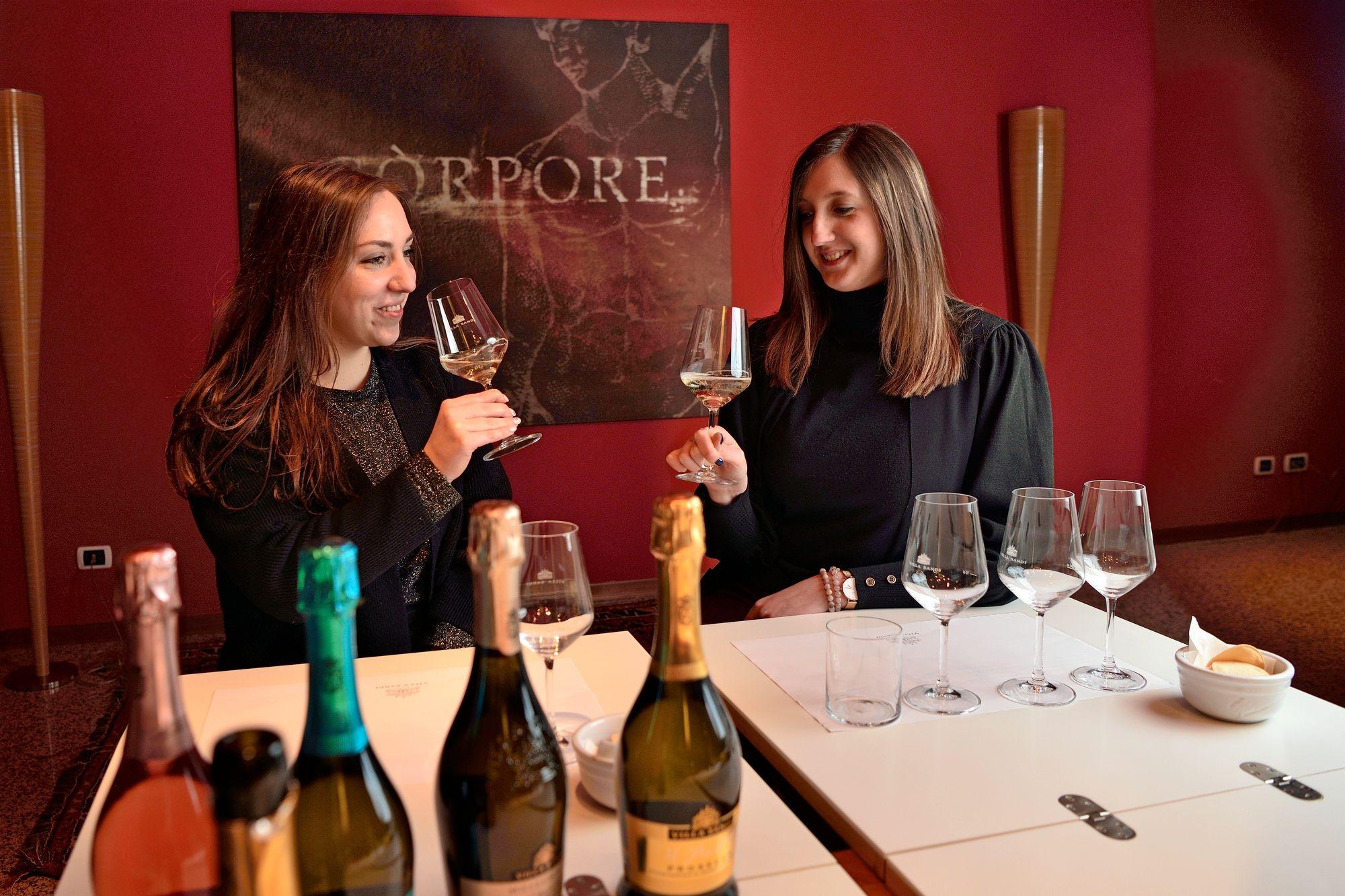 Villa Sandin viinitilalla asiakkaat pääsevät maistelemaan talon kuohuvia. Aperitiivin kanssa baareissa tarjoillaan herkullisia pikkuannoksia. © Pekka Numminen