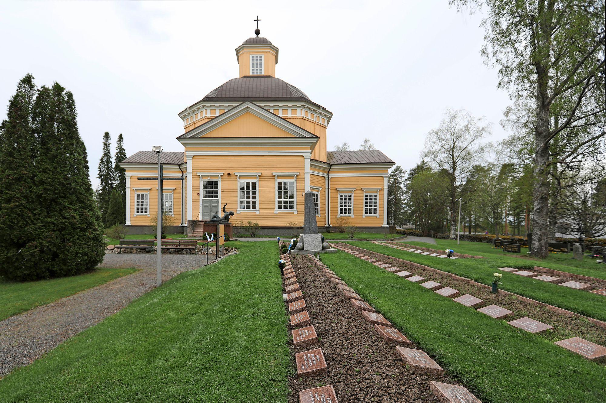 Isojoen kirkko on keskellä kylää. Kyllikki Saari pyöräili jumalanpalvelukseen aamulla 17.5.1953. Illalla hänet surmattiin. © Jussi Partanen