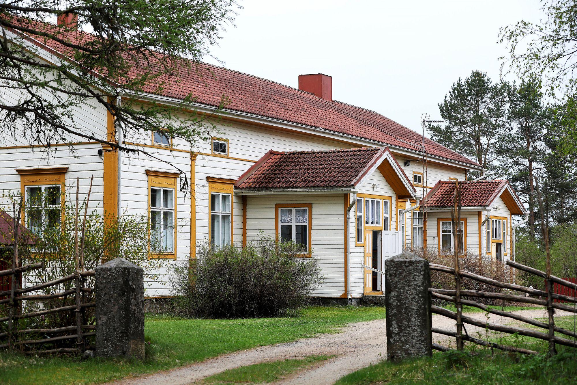 Kyllikki Saari työskenteli Isojoen pappilassa syksystä 1952 alkaen. Talossa asui kirkkoherra perheineen. © Jussi Partanen