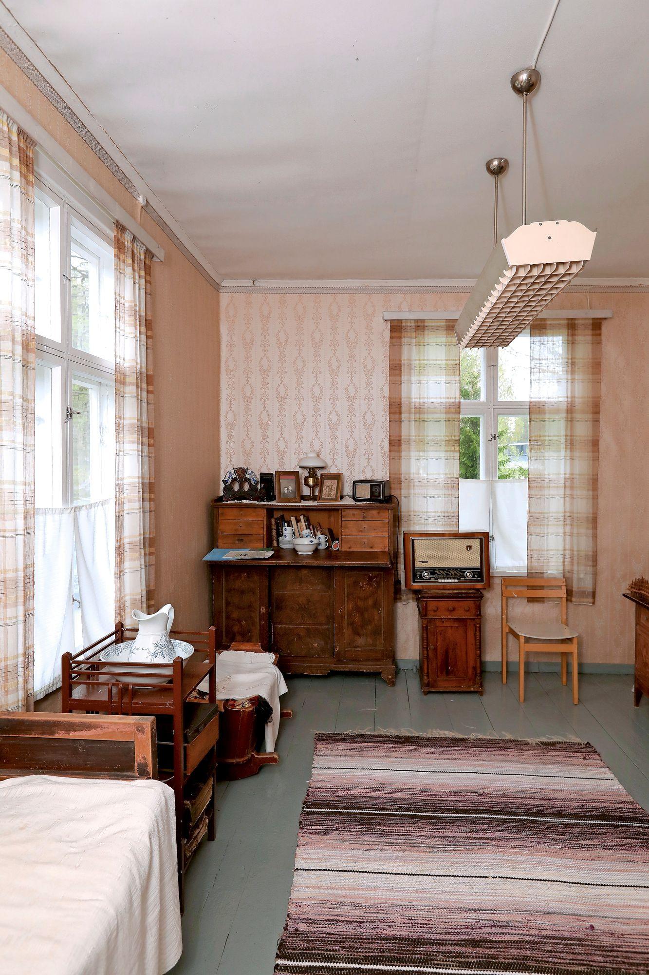 Kirkkoherranviraston toimisto sijaitsi pappilan kulmahuoneessa. Huoneen kalustus on myöhempää perua. © Jussi Partanen