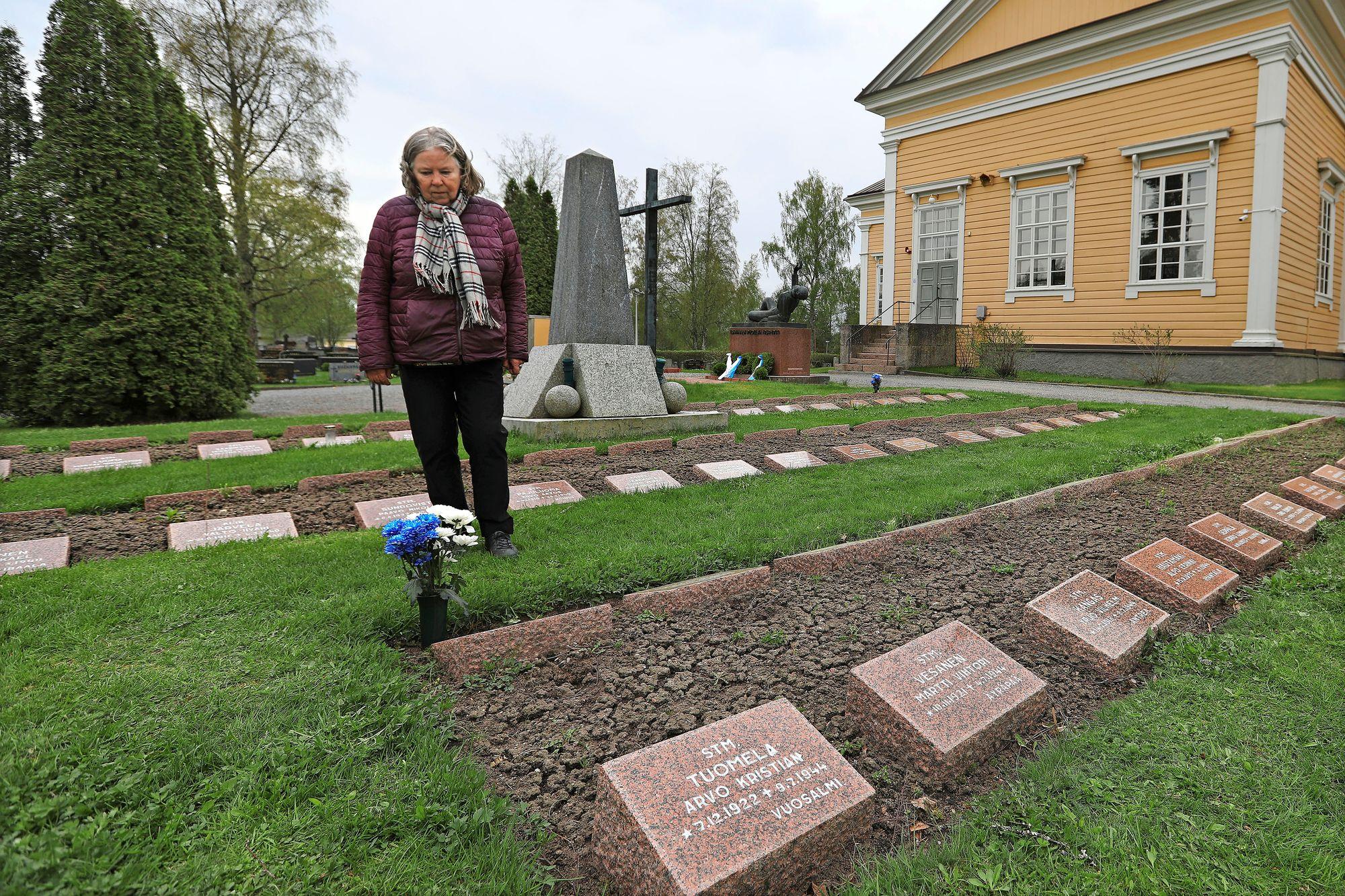 Leena Palomäki isänsä haudalla, jossa hän kohtasi Kyllikki Saaren jumalanpalveluksen jälkeen. © Jussi Partanen