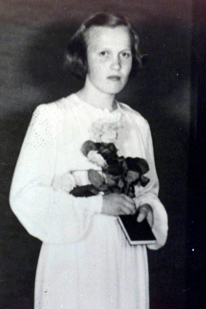Kuusitoistavuotias KyllikkiSaari ikonisessa rippikuvassaan kesällä 1952. © Lehtikuva