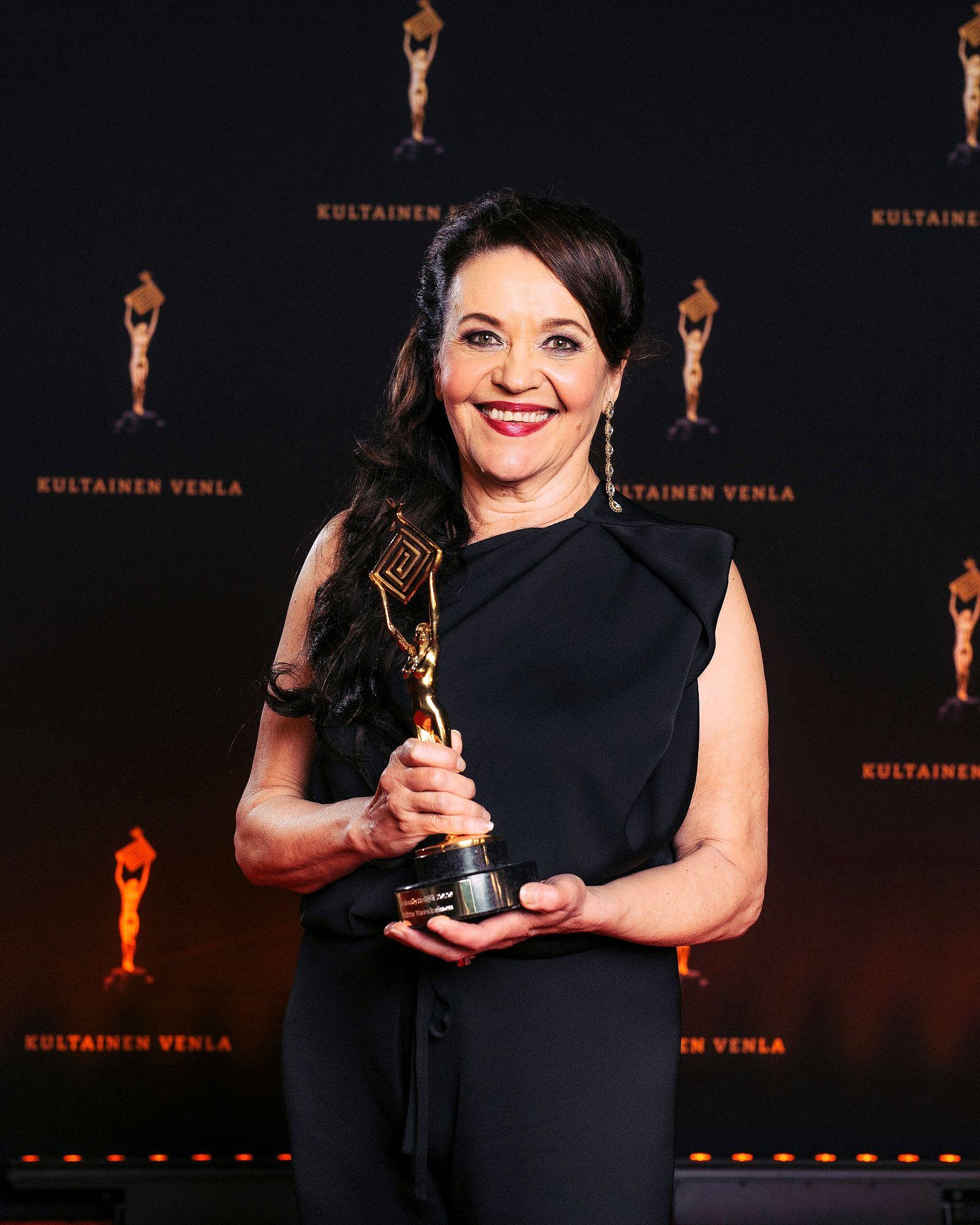 Näyttelijä Riitta Havukainen palkittiin parhaana naisnäyttelijänä sarjasta Paratiisi. © Julius Konttinen