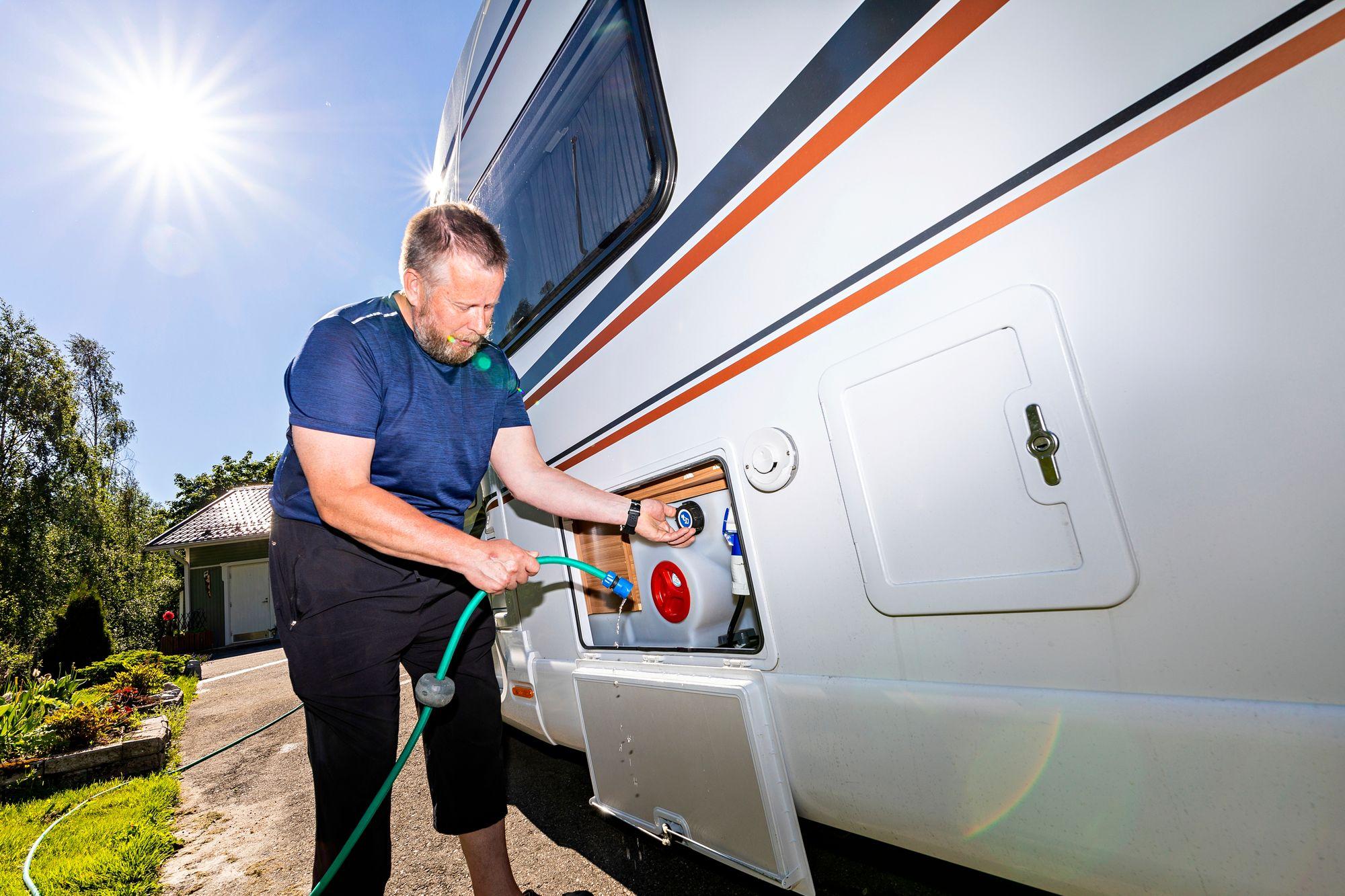 Kolarien työnjako on selkeä: Erjaa huoltaa auton sisätilat, Antti vastaa tekniikasta. © Petri Jauhiainen