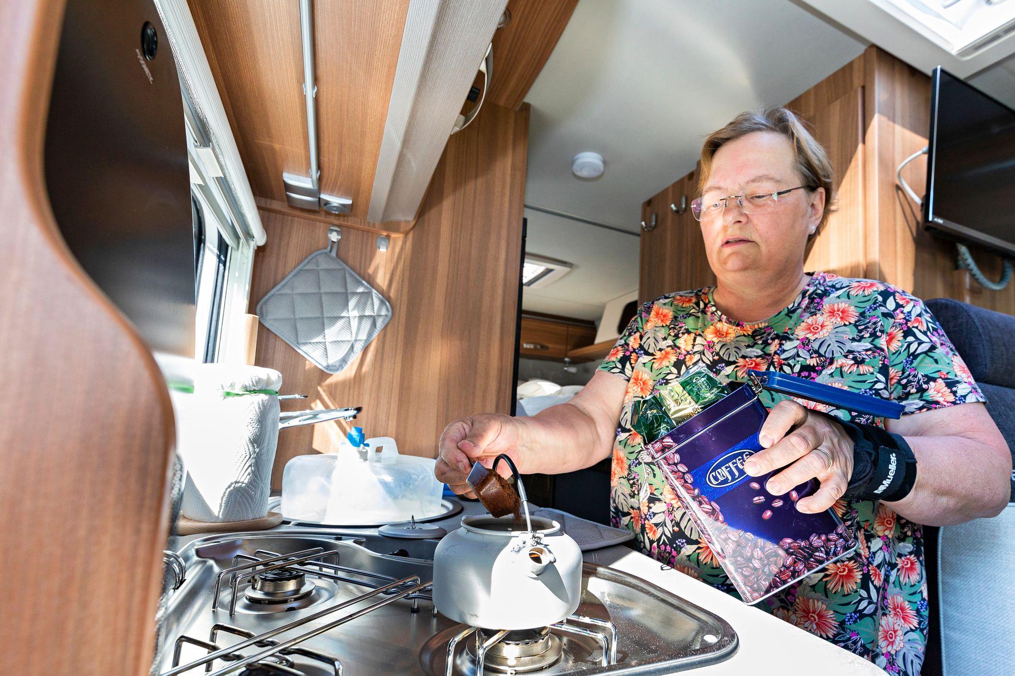 Kahvit porautetaan kaasulla. Kumilenkit ovat tarpeen, jotta talouspaperi pysyy ajossa kasassa. © Petri Jauhiainen