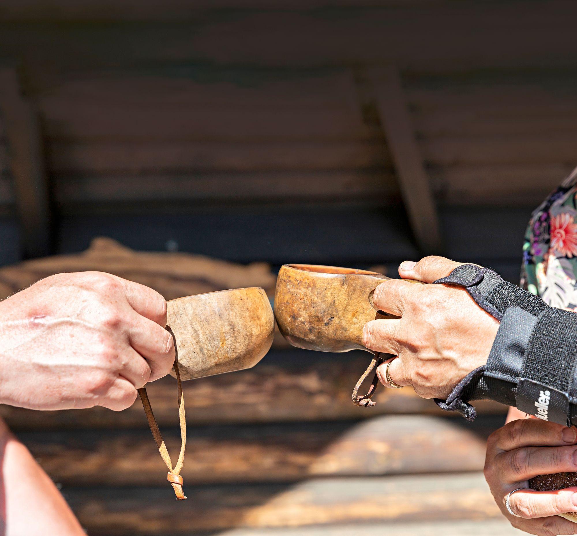 Kuksissa kippistellään kahvia, mikä maistuu ulkona erityisen hyvältä. © Petri Jauhiainen