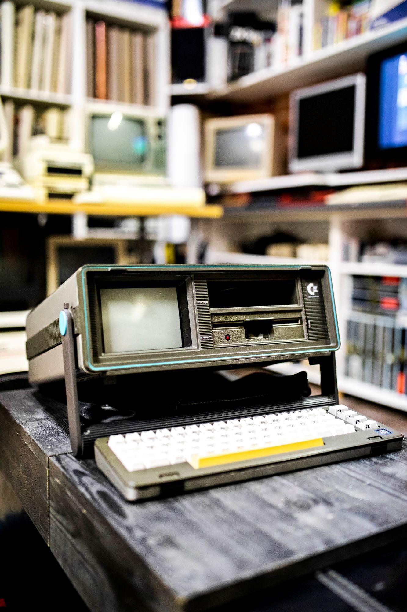 Noin 10 kiloa painava Commodore 64:n kannettava versio SX-64. © Krista Luoma