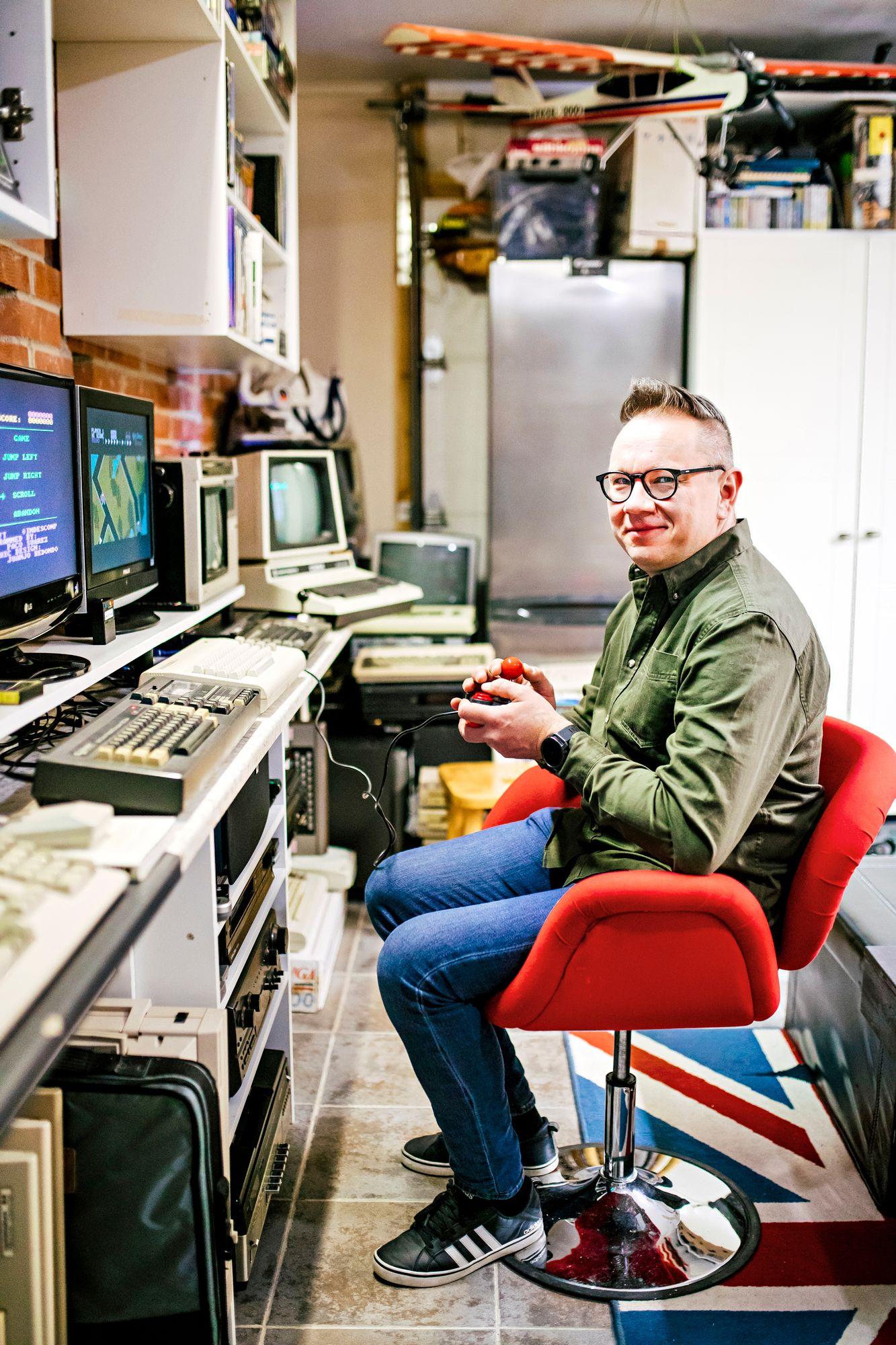 """Seinäjoella asuvan Marko Santamäen """"miesluolasta"""" löytyy 150 erilaista 80-luvun laitetta, suurin osa kokoelmasta on erilaisia Commodoren koneita sekä niihin kuuluvia pelejä. Täällä hän rentoutuu sekä yksin että kavereiden kanssa. © Krista Luoma"""