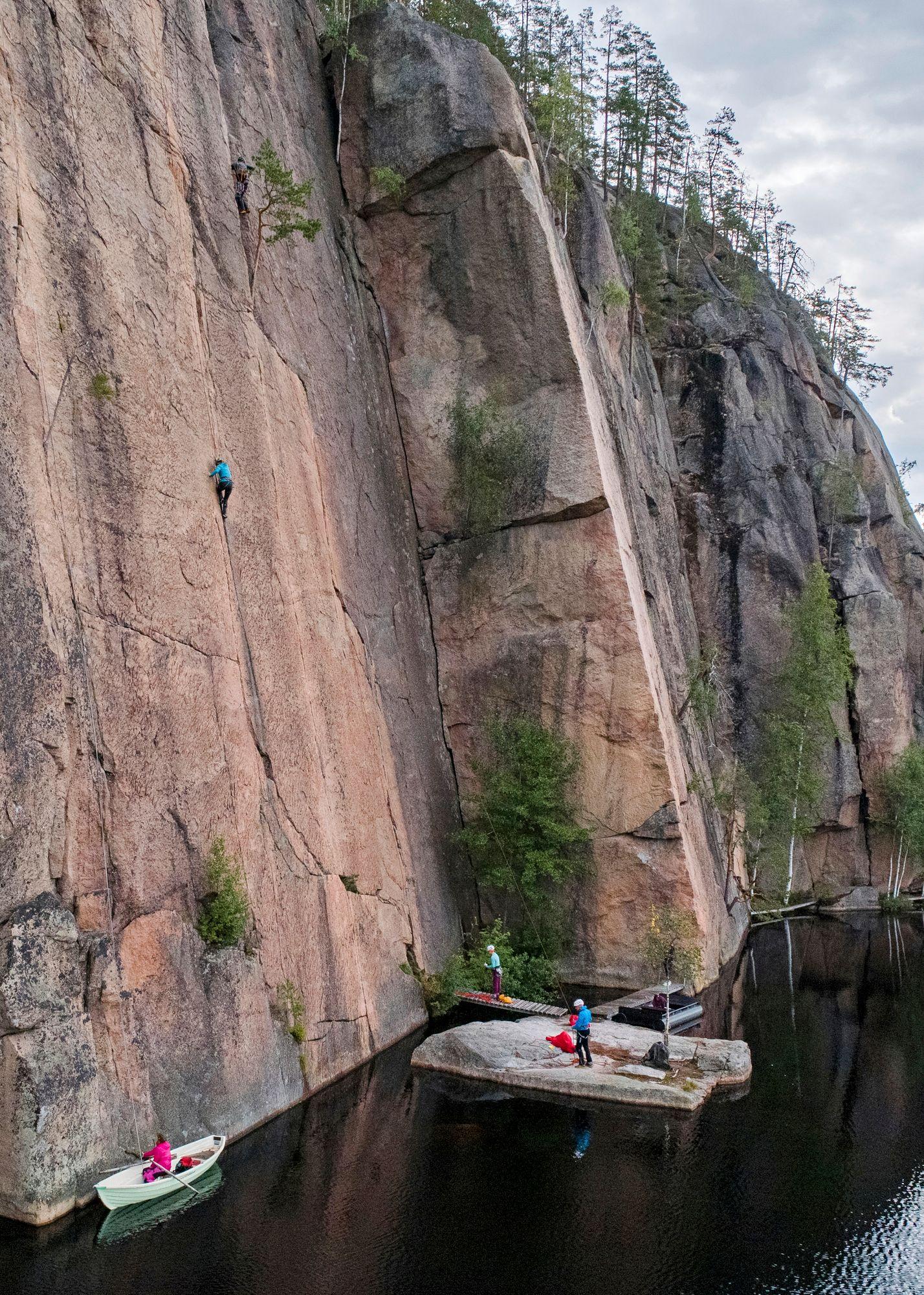 Paula osaa vaikka unissaan kasisolmun, joka on vuorilla elinehto. Köysiin on pakko luottaa. © Tommi Mattila