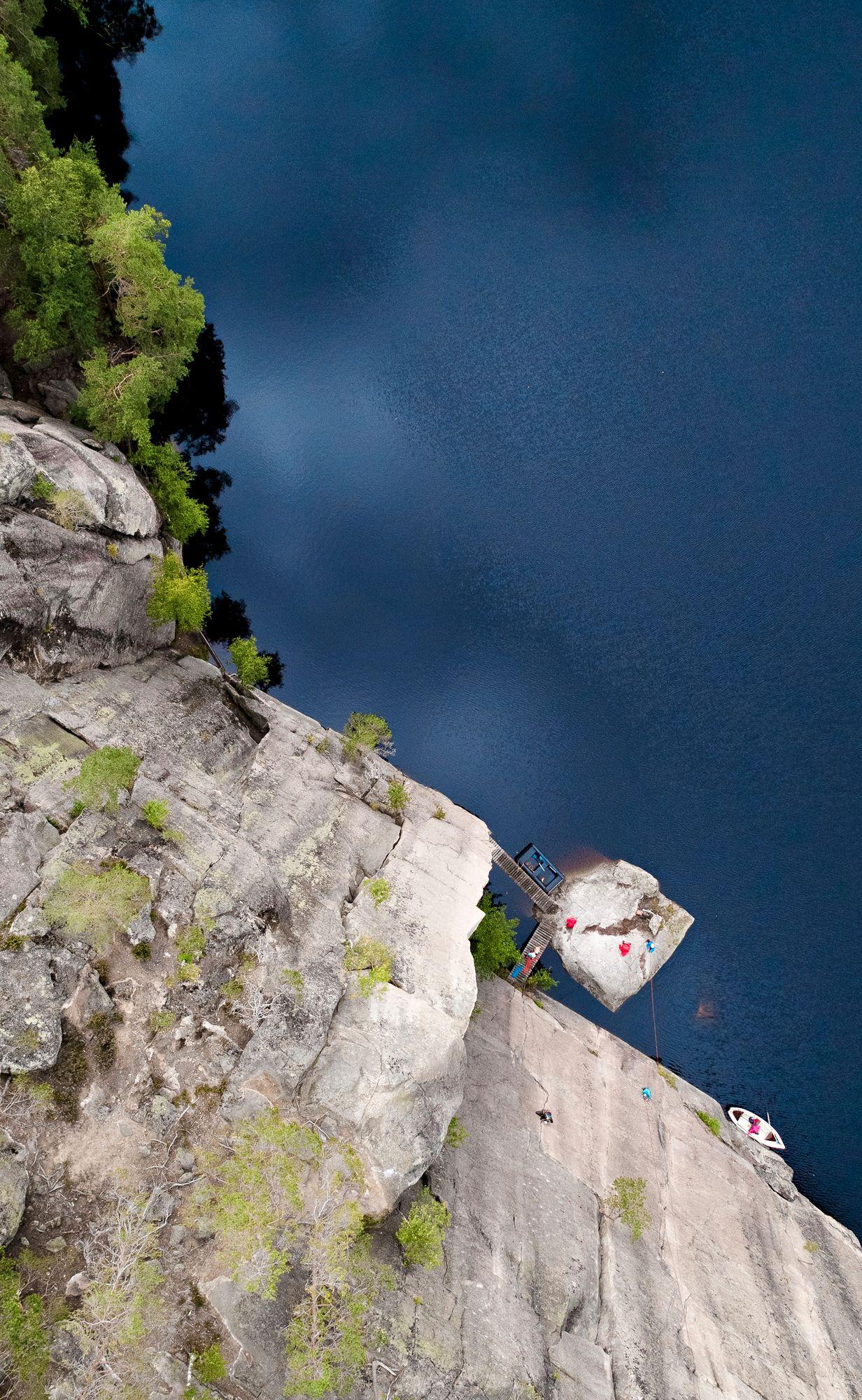 Noin 40 metriä korkea Olhava on Suomen korkeimpia kiipeilykallioita. Sen kylkeä pitkin voi laskeutua suoraan veteen. © Tommi Mattila