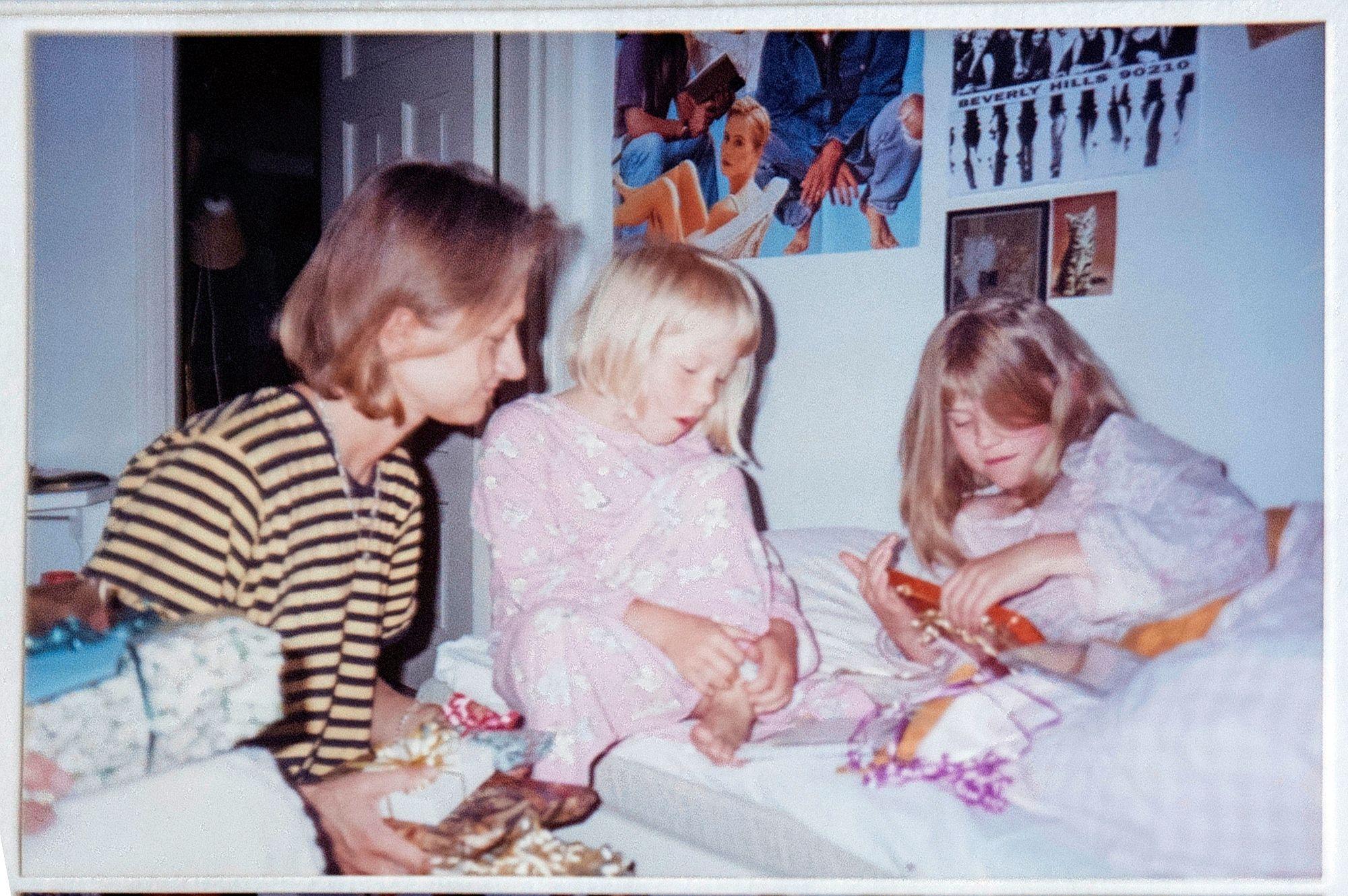 Heinäkuussa 1995 Tiina ja 6-vuotias Petra-sisko toivat Carlalle 10-vuotissyntymäpäivälahjat vuoteeseen. © Aku Ratsula
