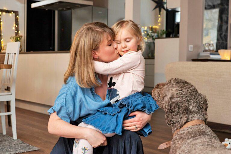 Clarissa antaa heti palautetta, jos Carla aikoo unohtua liiaksi työn pariin kotona. Oman osansa huomiosta vaatii myös Espanjan vesikoira Tyco.  © Aku Ratsula