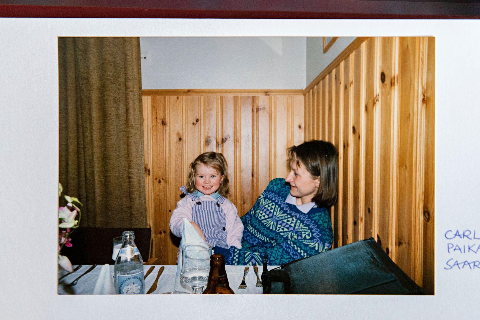 Helmikuussa 1988 Carla ja Tiina Reposaaren ravintolassa. Graavilohi ja -siika olivat Carlan suurta herkkua. Äidin syöpä todettiin myöhemmin.© Aku Ratsula