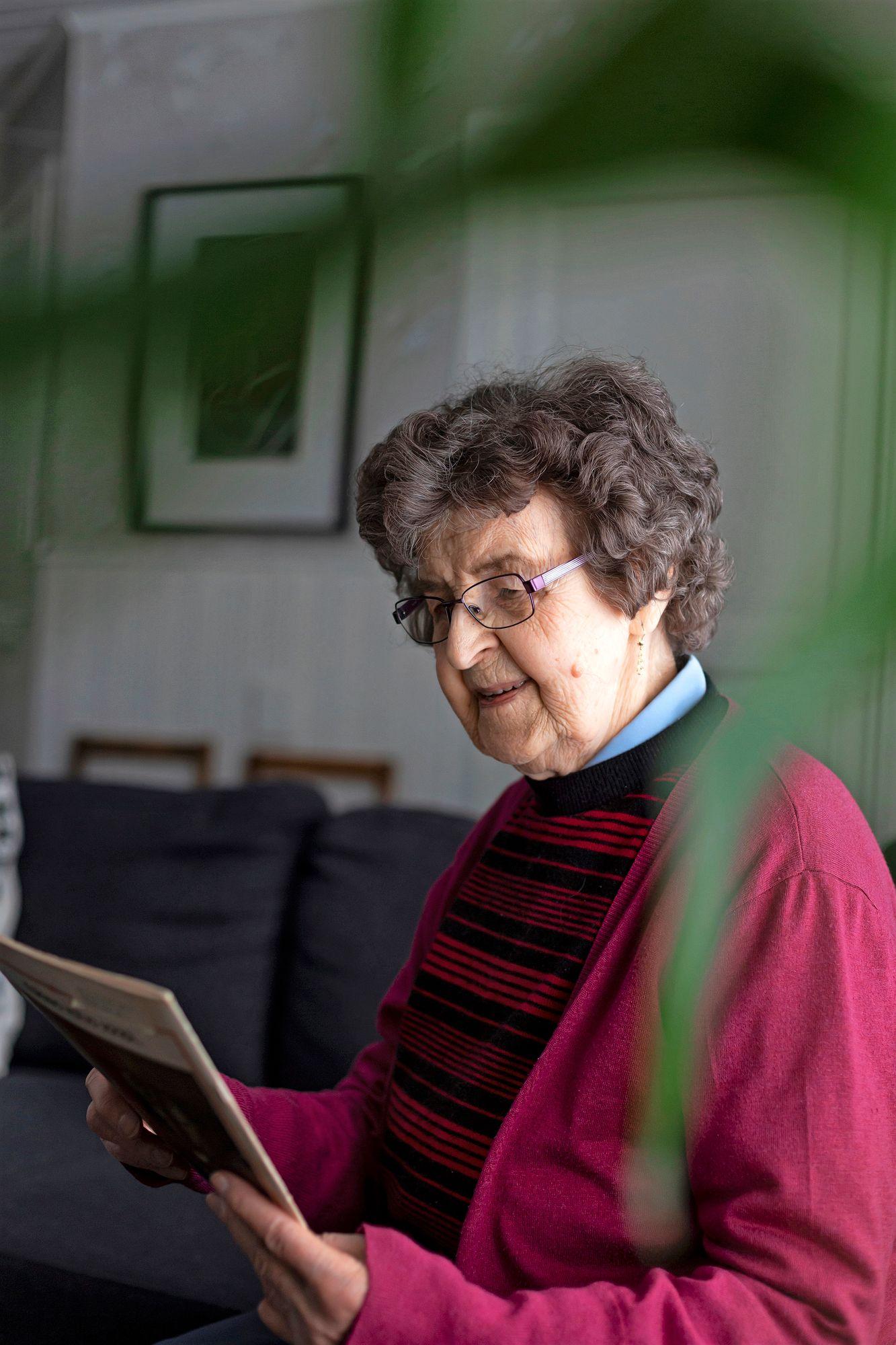 """86-vuotias Rauni Mathlin suree pojanpoikansa ja muiden työntekijöiden puolesta. """"Vuosikymmeniä on palveltu ja nyt loppuu leipä. Pahalta se tuntuu."""" © Susanna Chazalmar"""